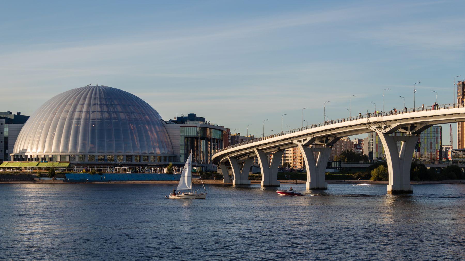 Пейзаж с аквапарком и пешеходным мостом (Санкт-Петербург)