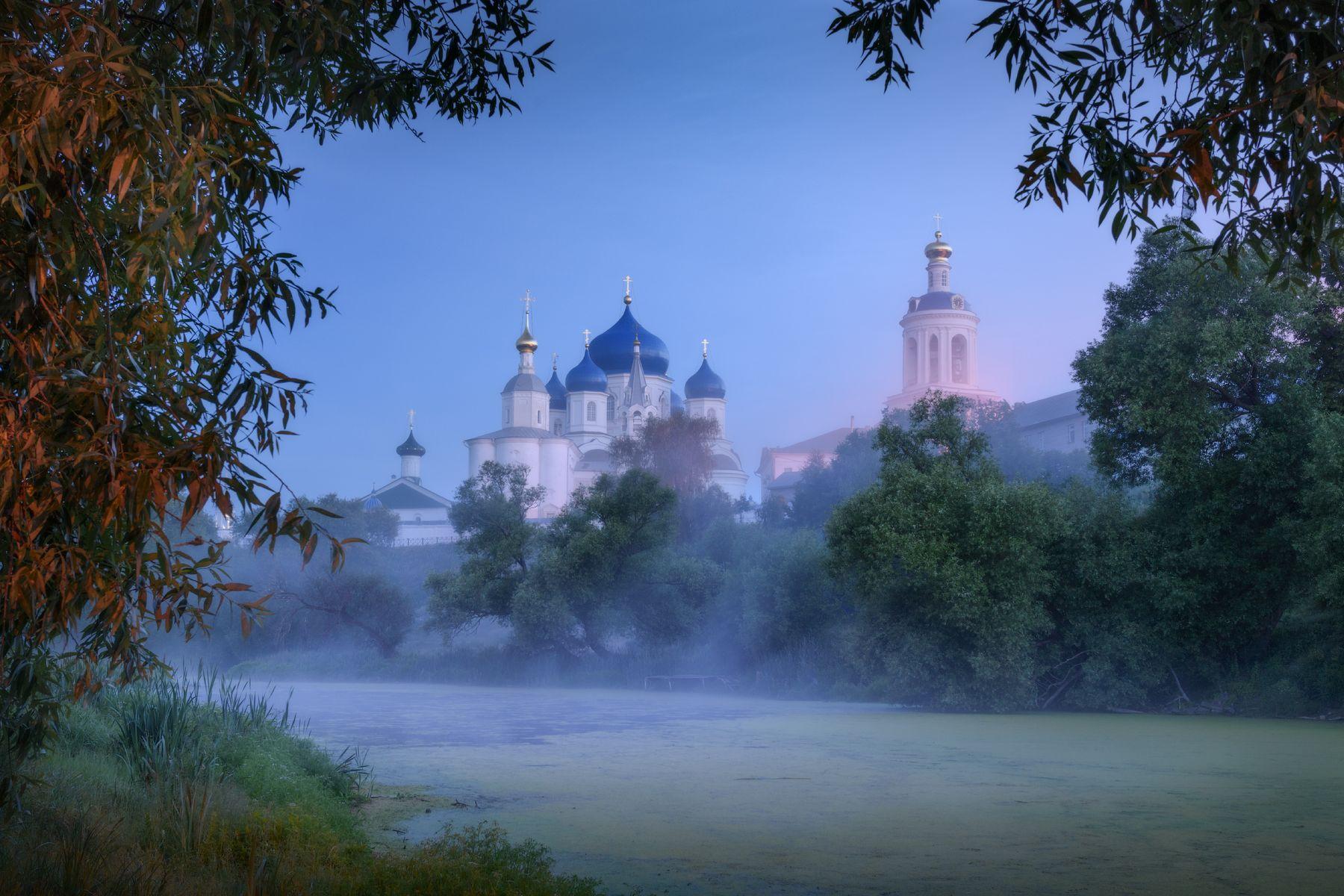 Свято-Боголюбский женский монастырь перед рассветом владимирская область боголюбово предрассветная ночь туман храм монастырь лето ряска пруд