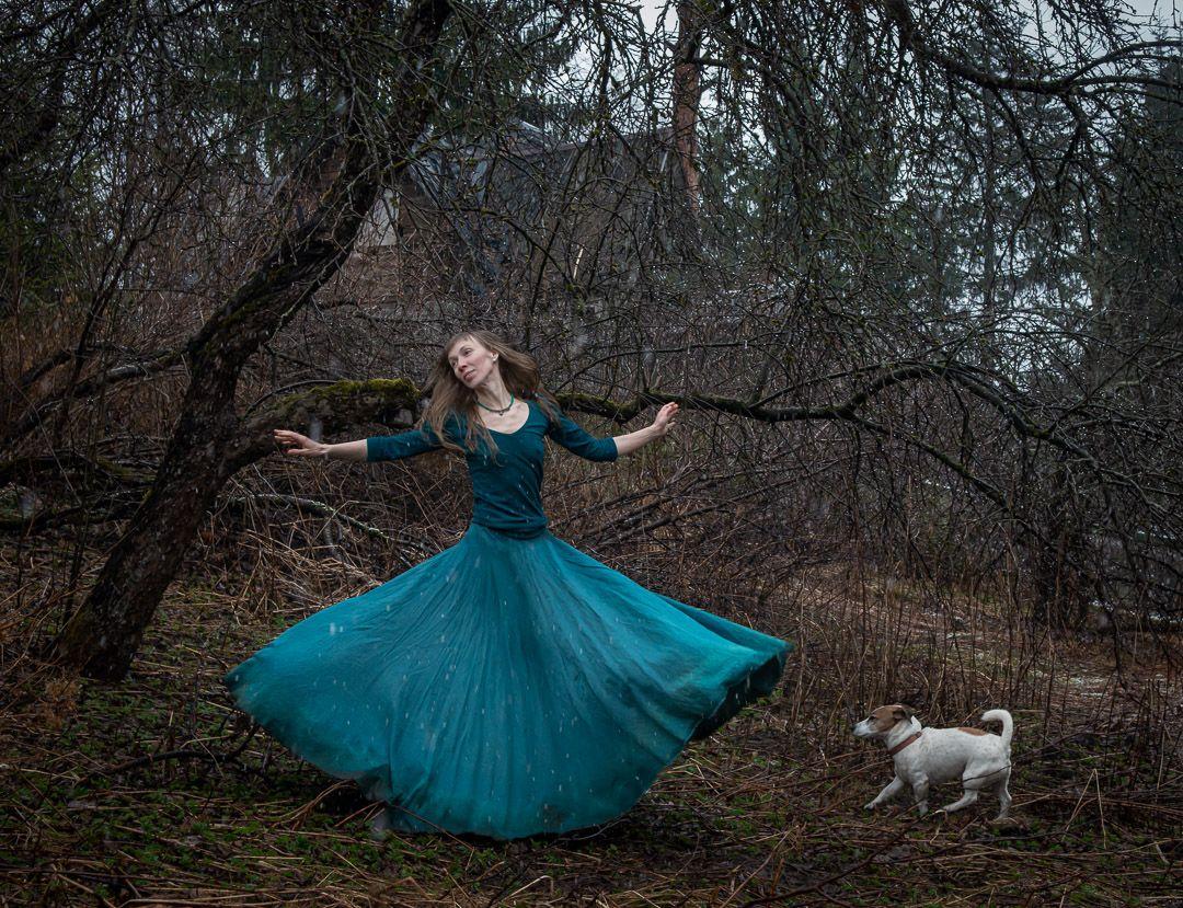 Танцы на грани весны сад весна голые деревья ветки апрель танец длинная юбка длинное платье собака джек рассел песик без зелени снег мистика сказка иллюстрация