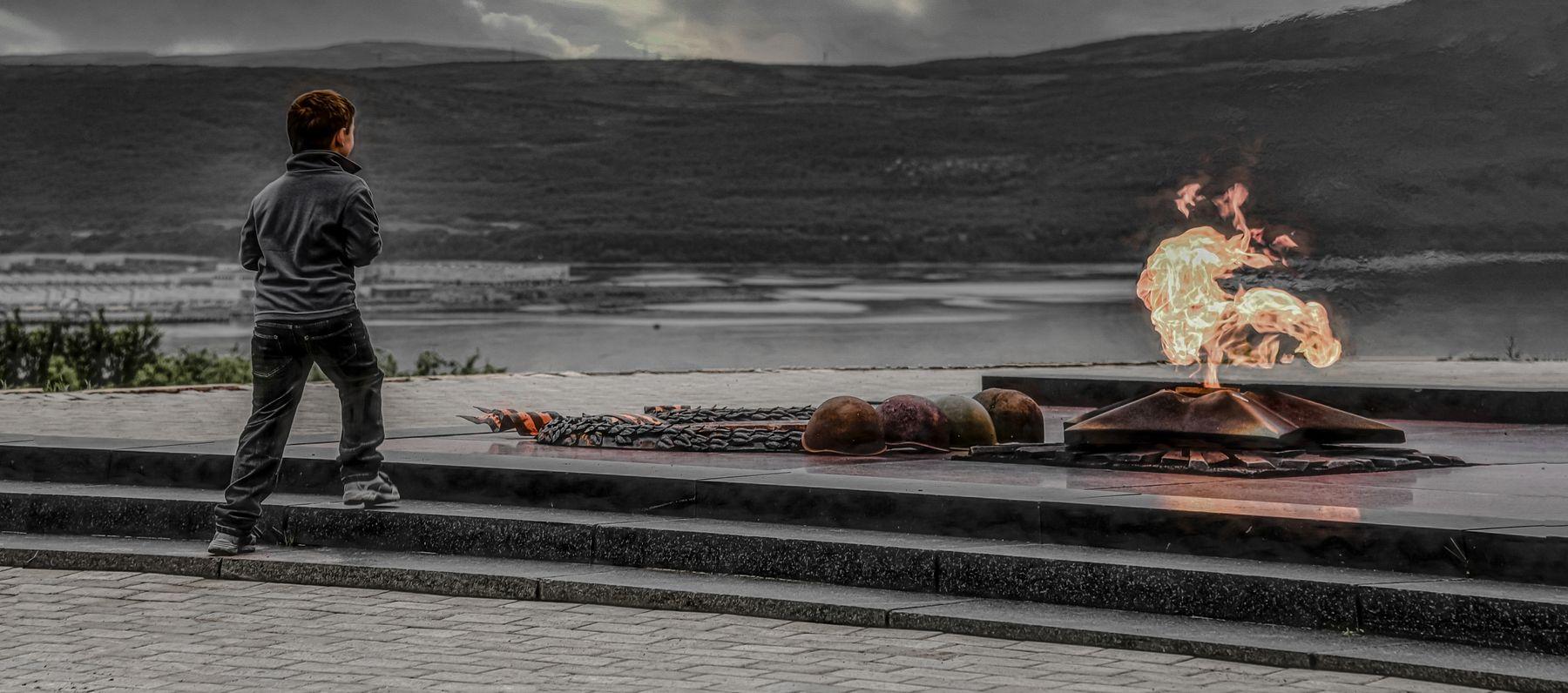 Память. мемориал огонь мальчик памятник память