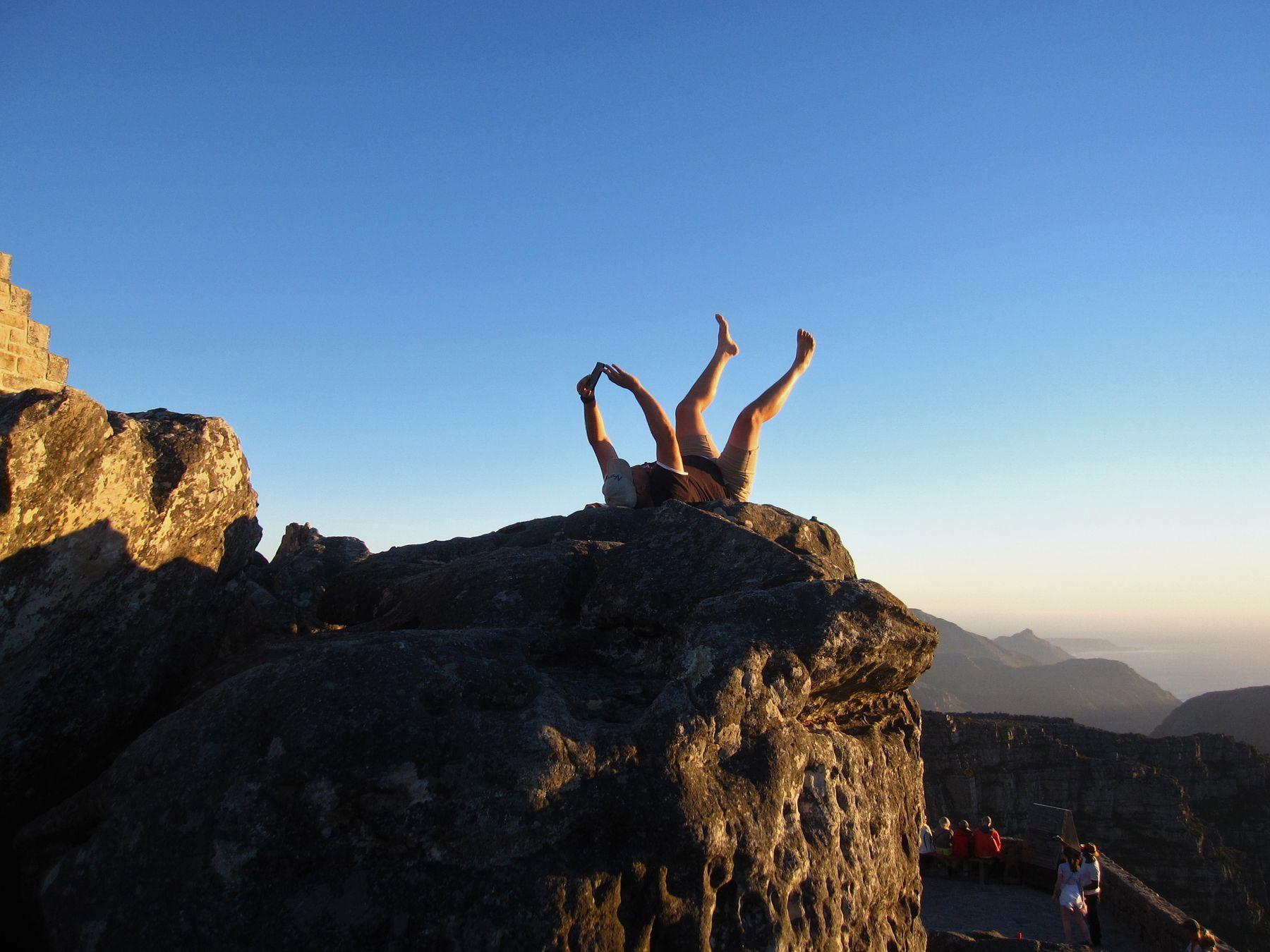 Селфи на закате. Африка вулкан кратер горы скалы