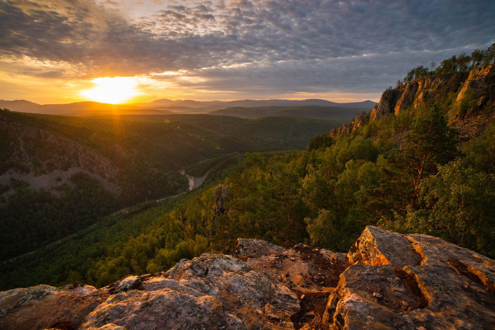 Позолота гор пейзаж рассвет горы скалы Айгир Южный Урал деревья