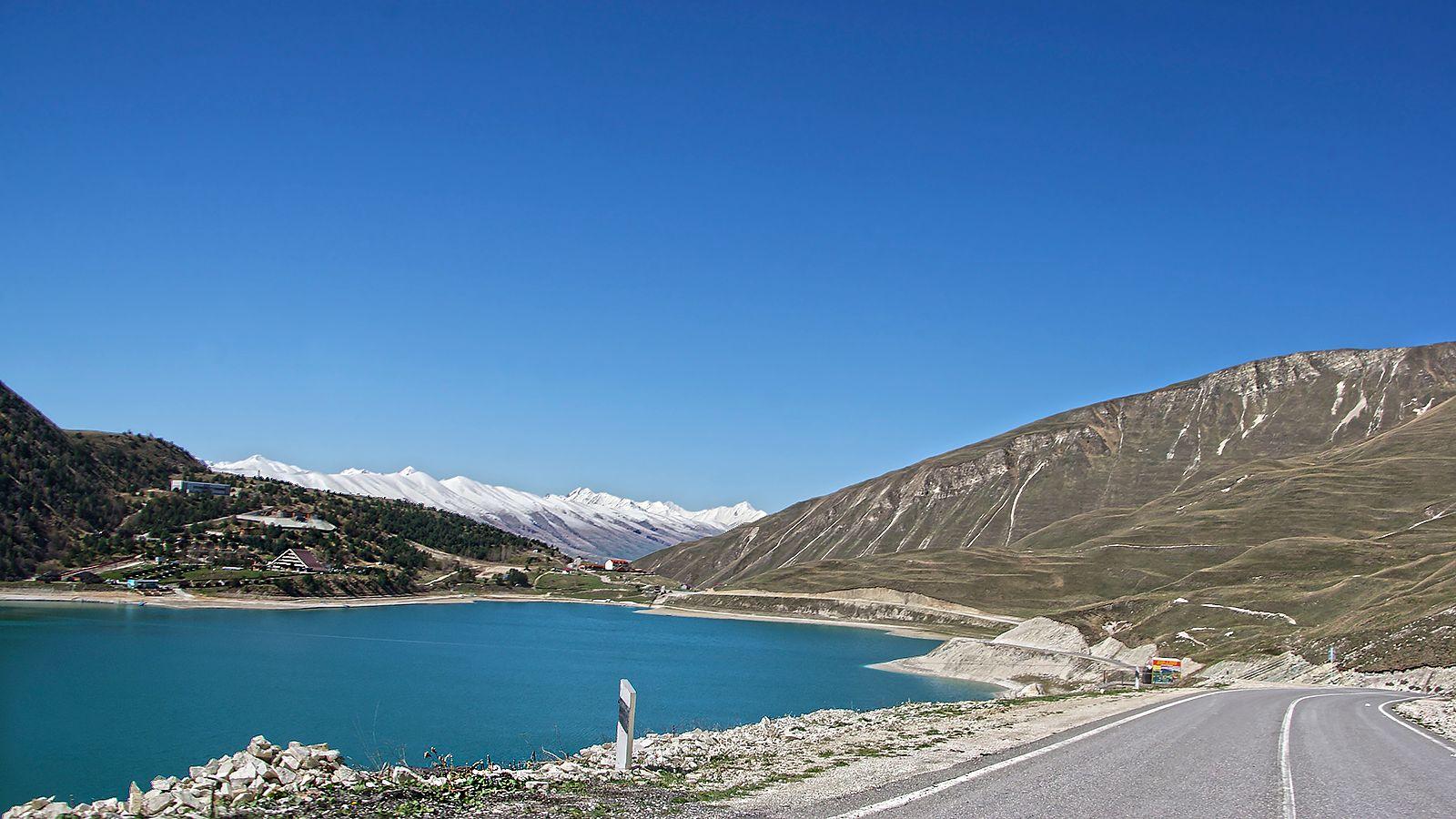 Кезеной-Ам Кезеной-Ам озеро на той стороне