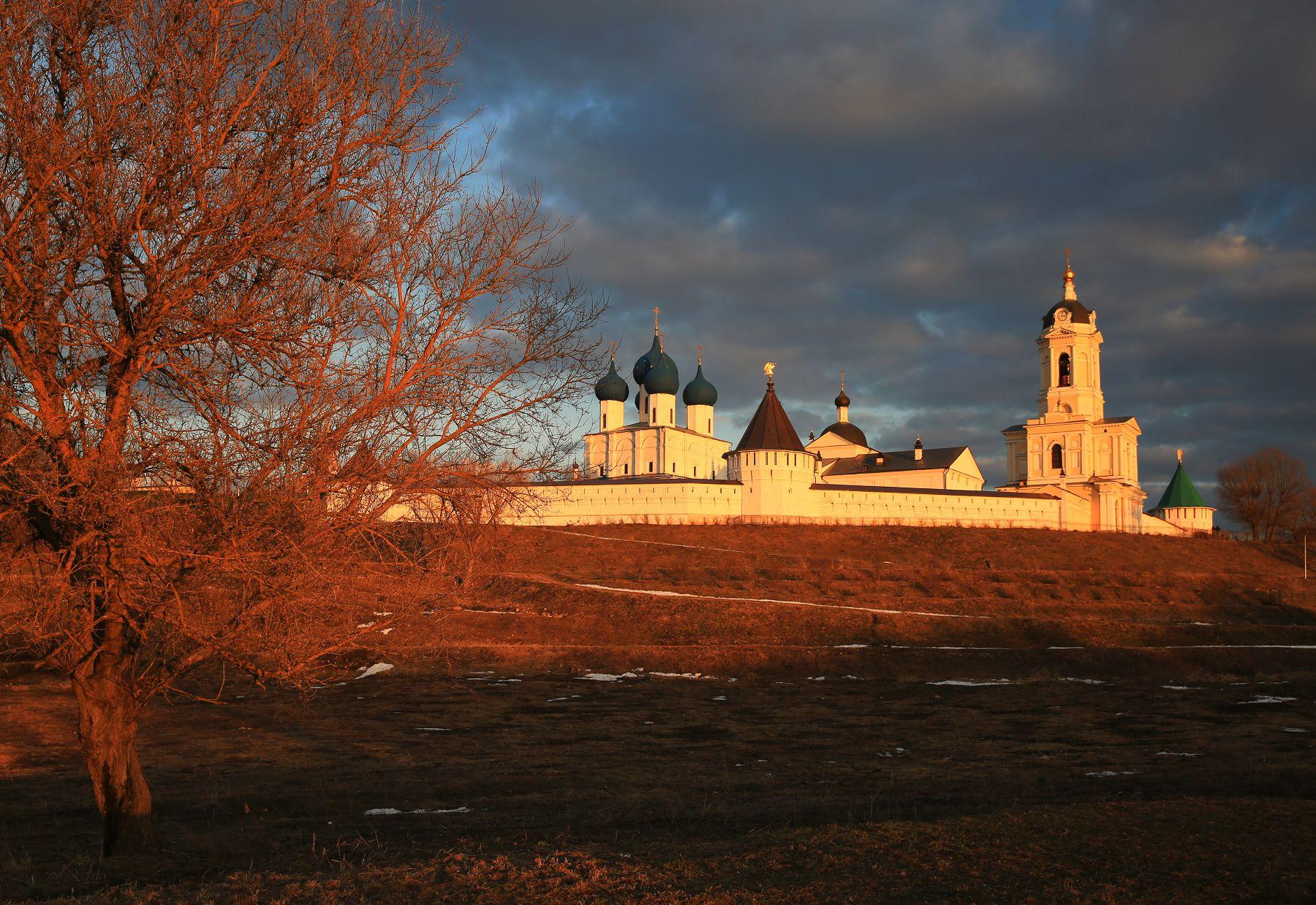 Серпухов. Вечер. Серпухов Высоцкий монастырь
