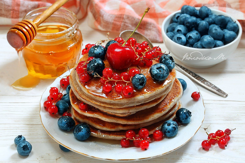 С ягодами и медом панкейки голубика блины