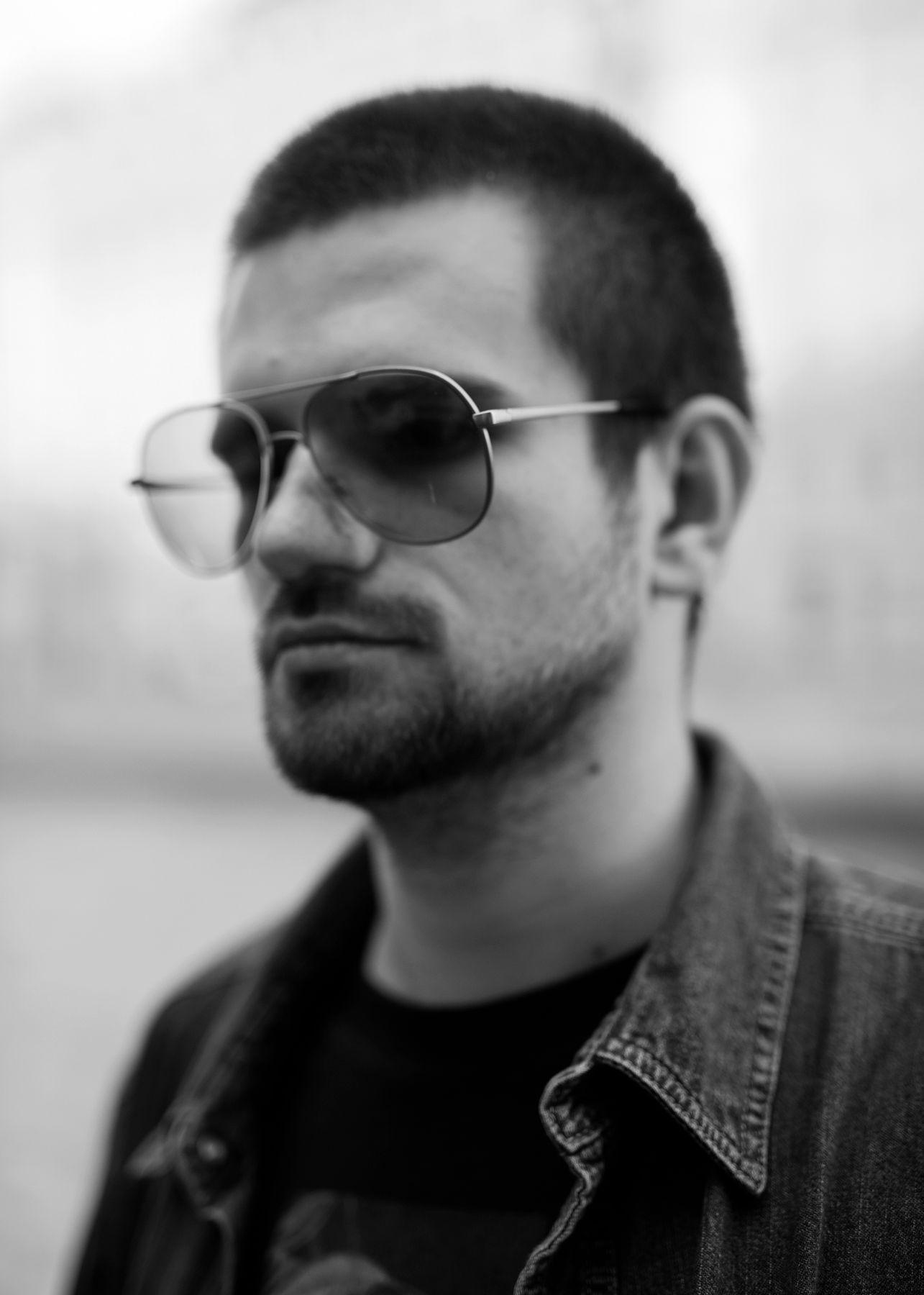 *** портрет мужчина ЧБ очки контраст