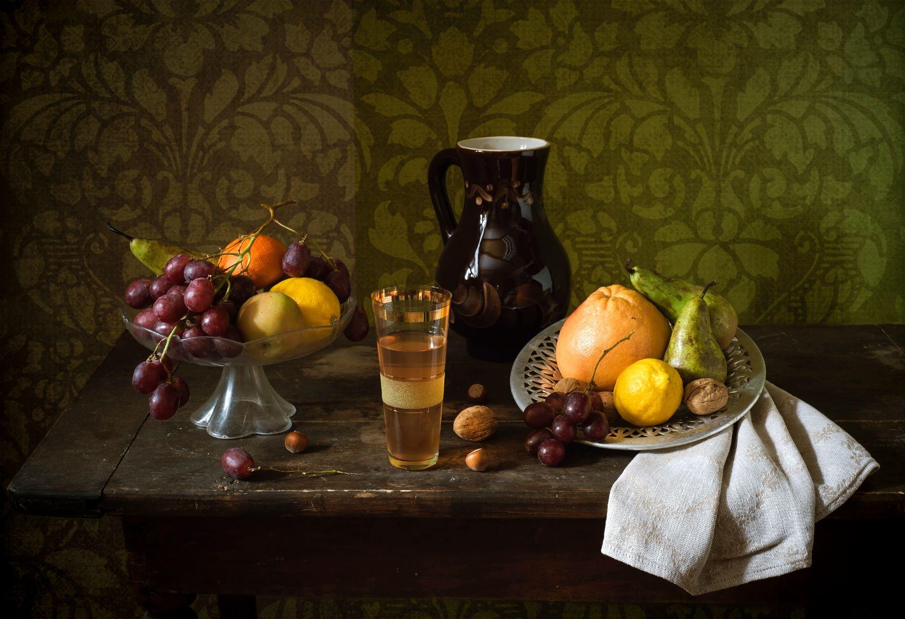 Натюрморт с фруктами. Кувшин виноград груши грейпфрут лимон стакан фрукты