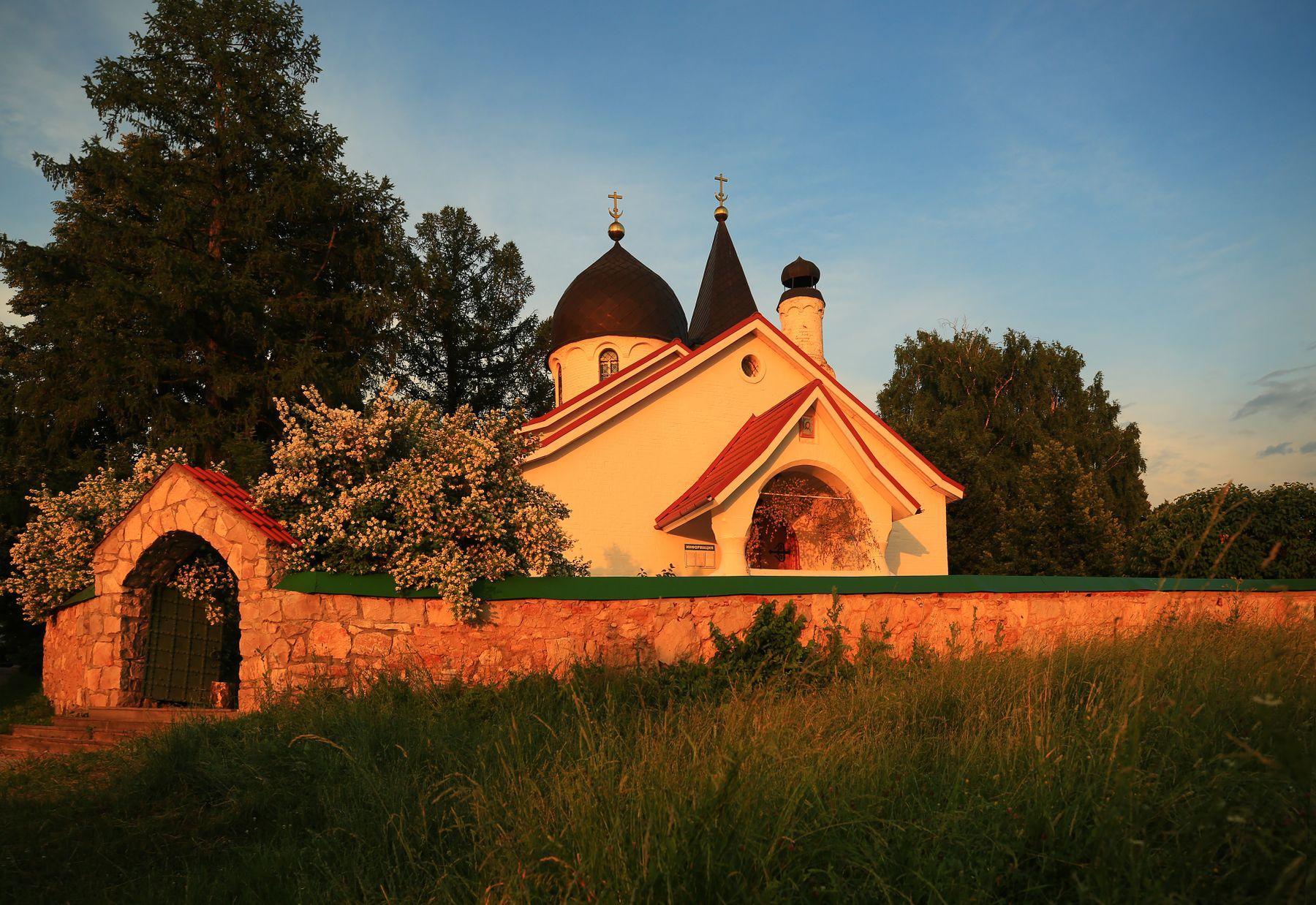 Вечер с цветущим жасмином Бехово Церковь Святой Троицы