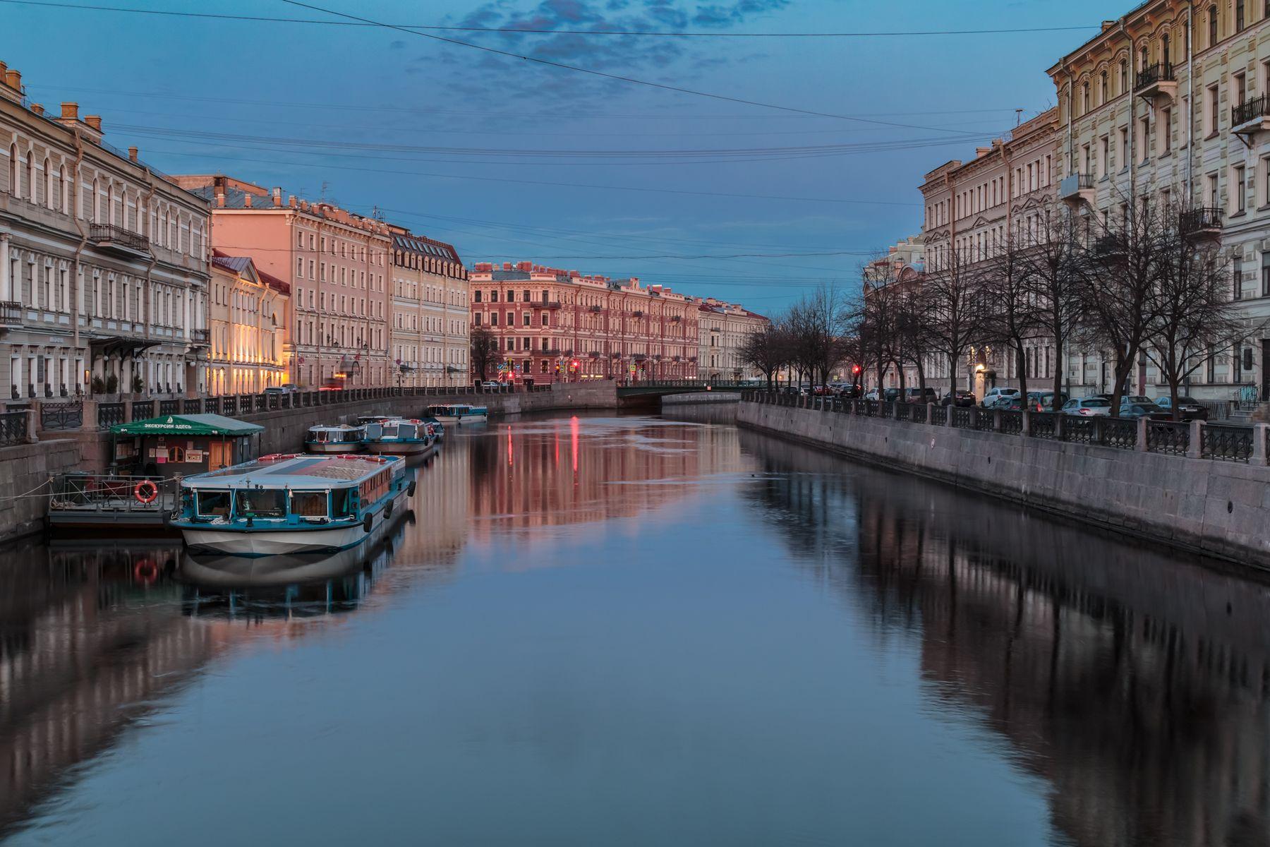 Тихое утро первого мая Санкт-Петербург утро Мойка вода отражение синий час