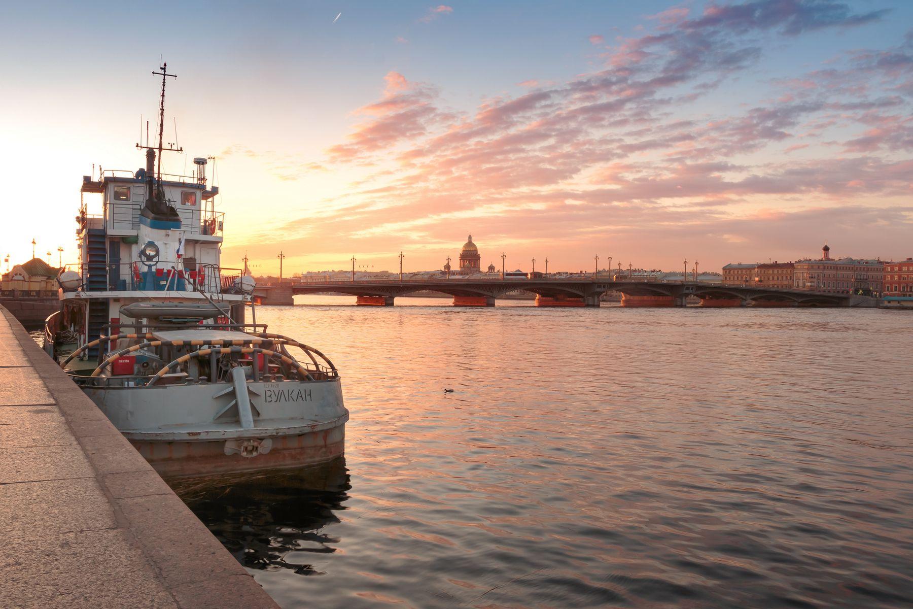Утка и Вулкан Санкт-Петербург утро мост река отражение храм Нева