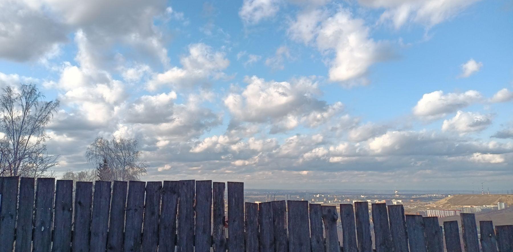 Забор*** Забор деревня весна небо облака ветви даль