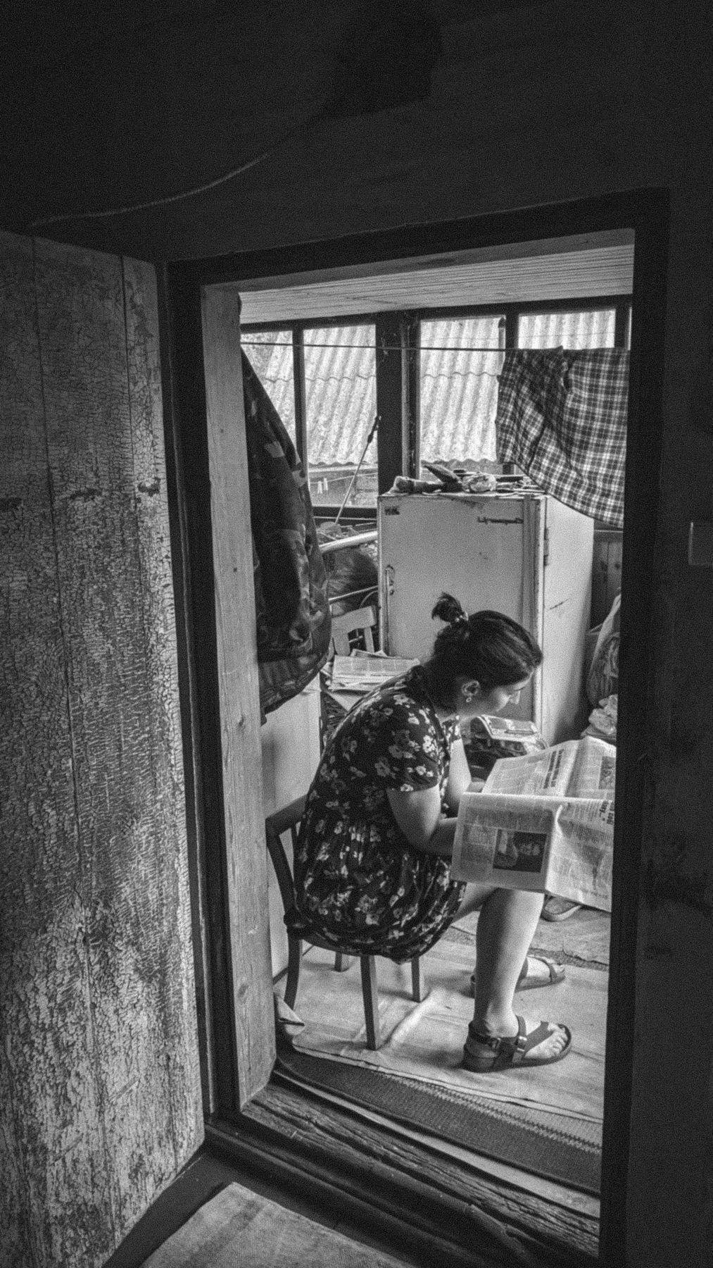 Посевной Дверь портрет окно газета человек женщина стул дом