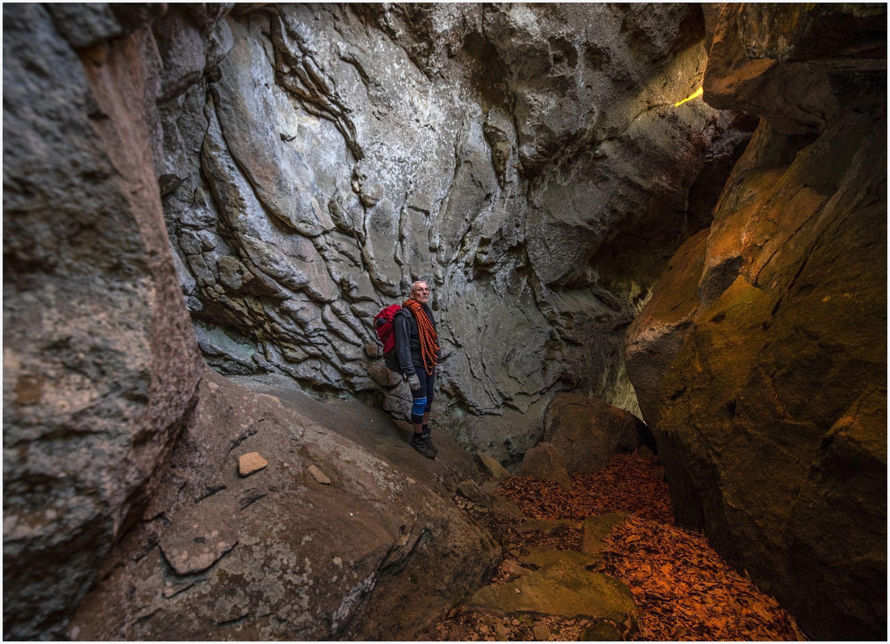 В плену у скал Скалы скалолаз теснина грот вечернее освещение