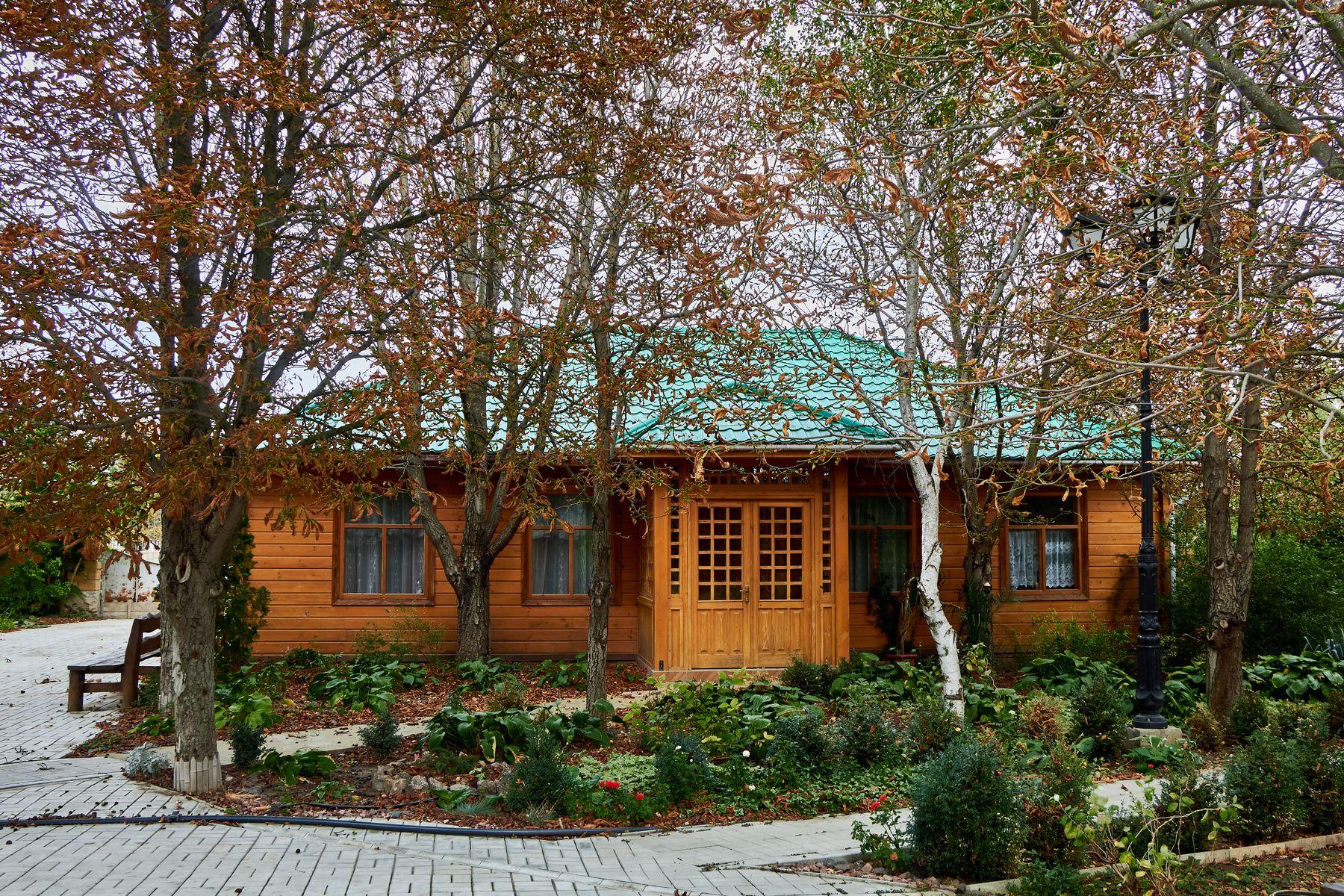Деревянный дом дом архитектура осень парк церковь природа