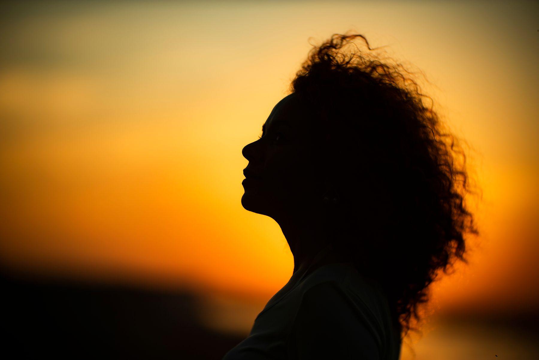Портрет на закате в профиль