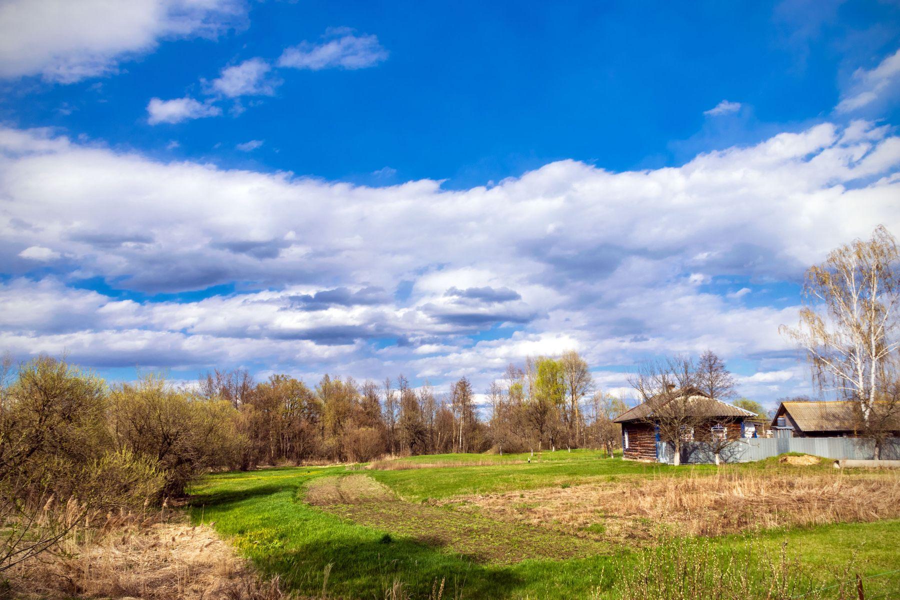 Домик на опушке ДОм небо весна трава облака