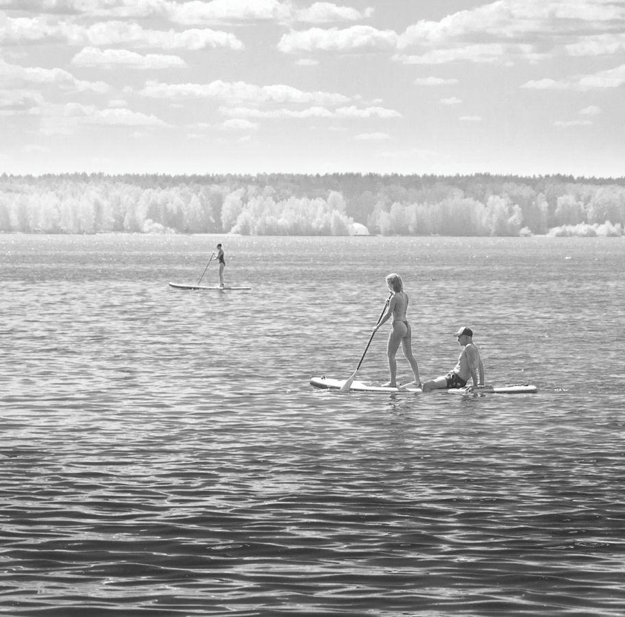 """""""Девушка с веслом"""" чб озеро лето отдыхающие"""