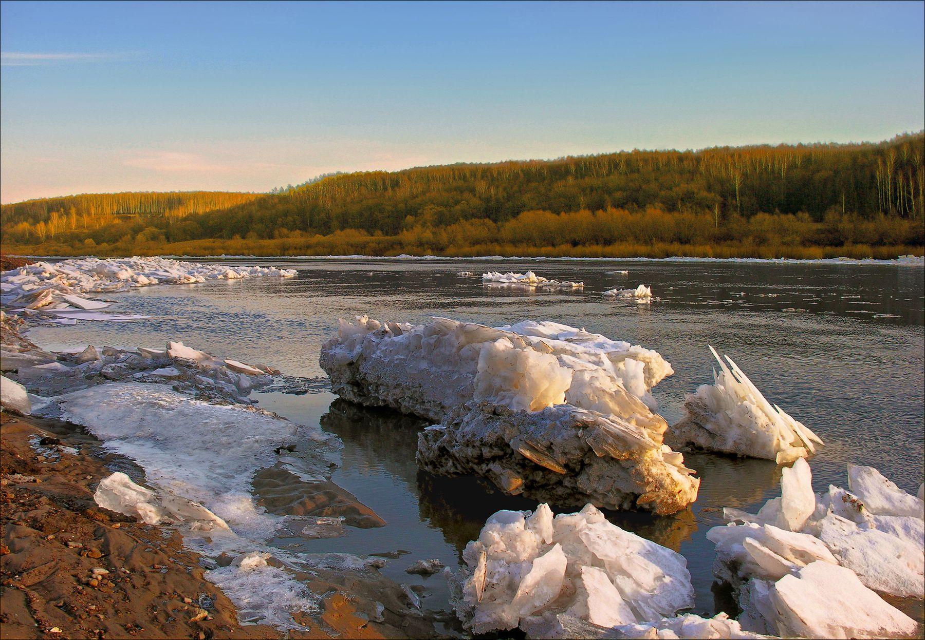 Весенним вечером на берегу реки вечер река остатки льда весна