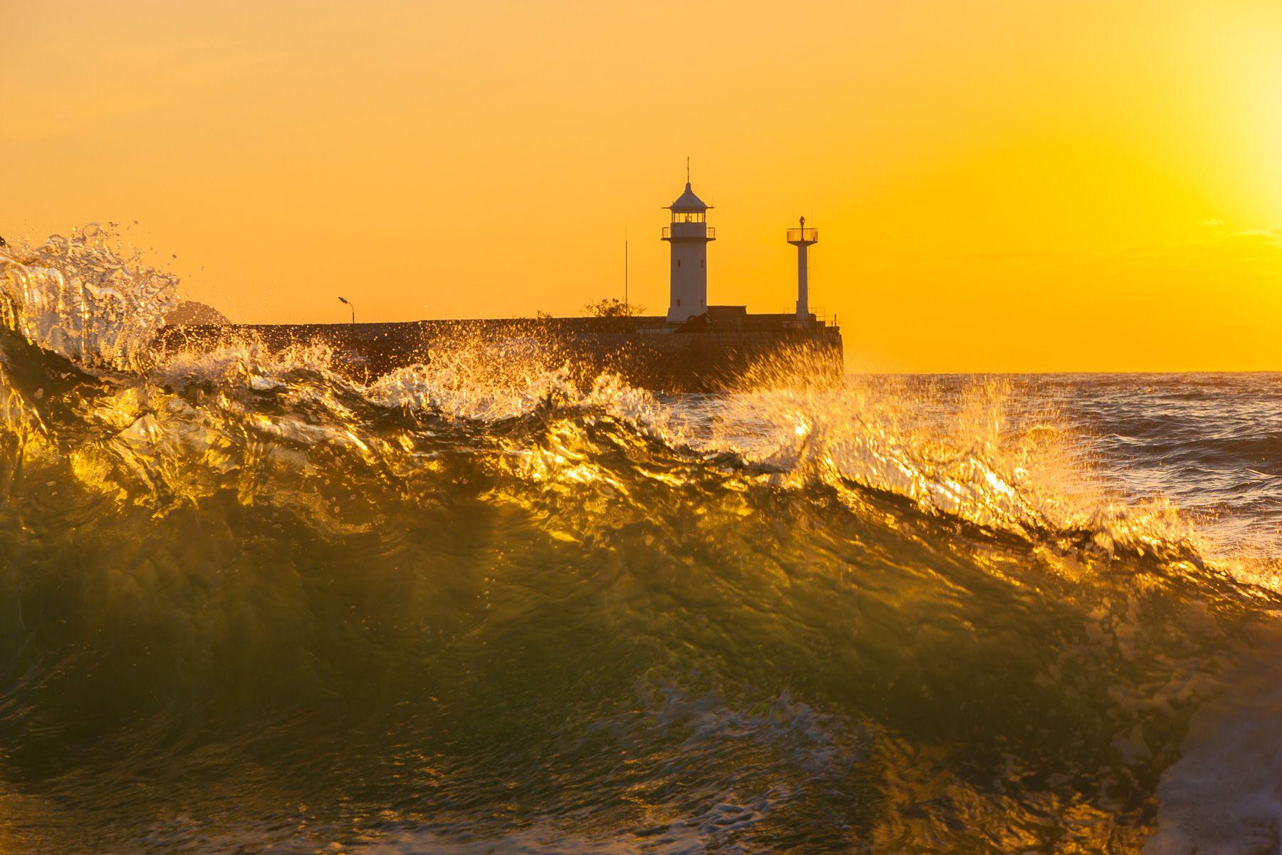 Шторм в Ялте Ялтинский маяк Ялта Крым Черное море залив фотограф шторм волна