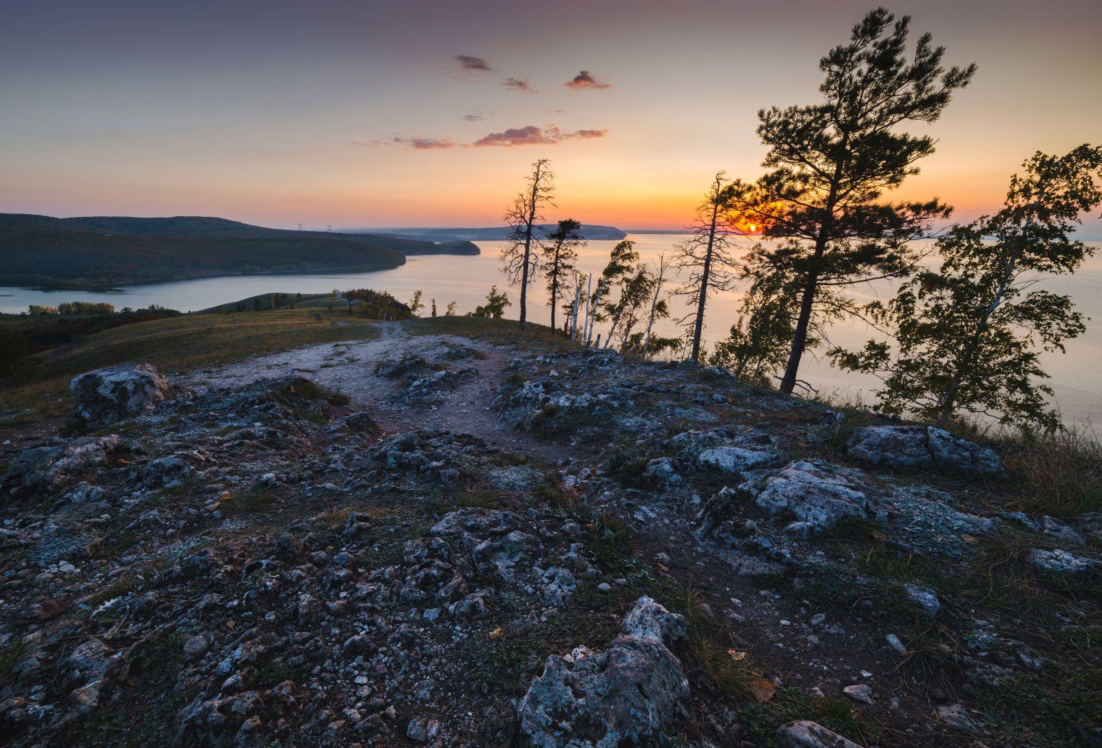 Каменное плато пейзаж закат солнце скалы деревья жигули