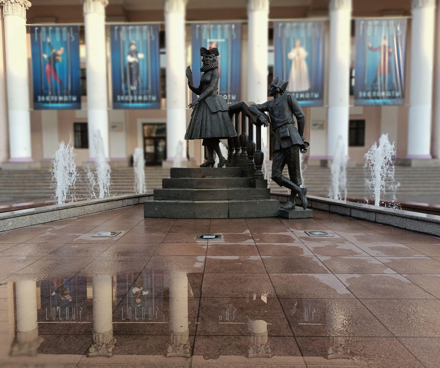 ***Окно былых времён Лужа отражение фонтан ступени дама с веером мужчина в камзоле треуголка головной убор знакомство беседа театр колонны здание афишы окно былых времён статуя бронзовая статуи бронзовые фигуры свидание