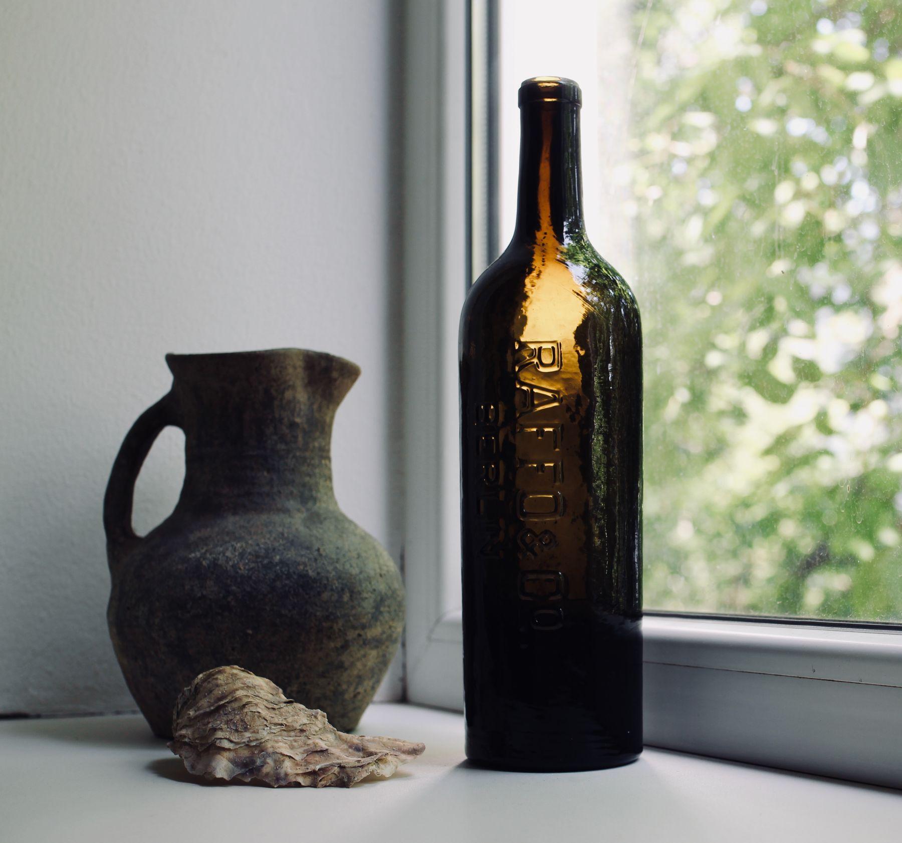 Устрица, бутылка и кувшин