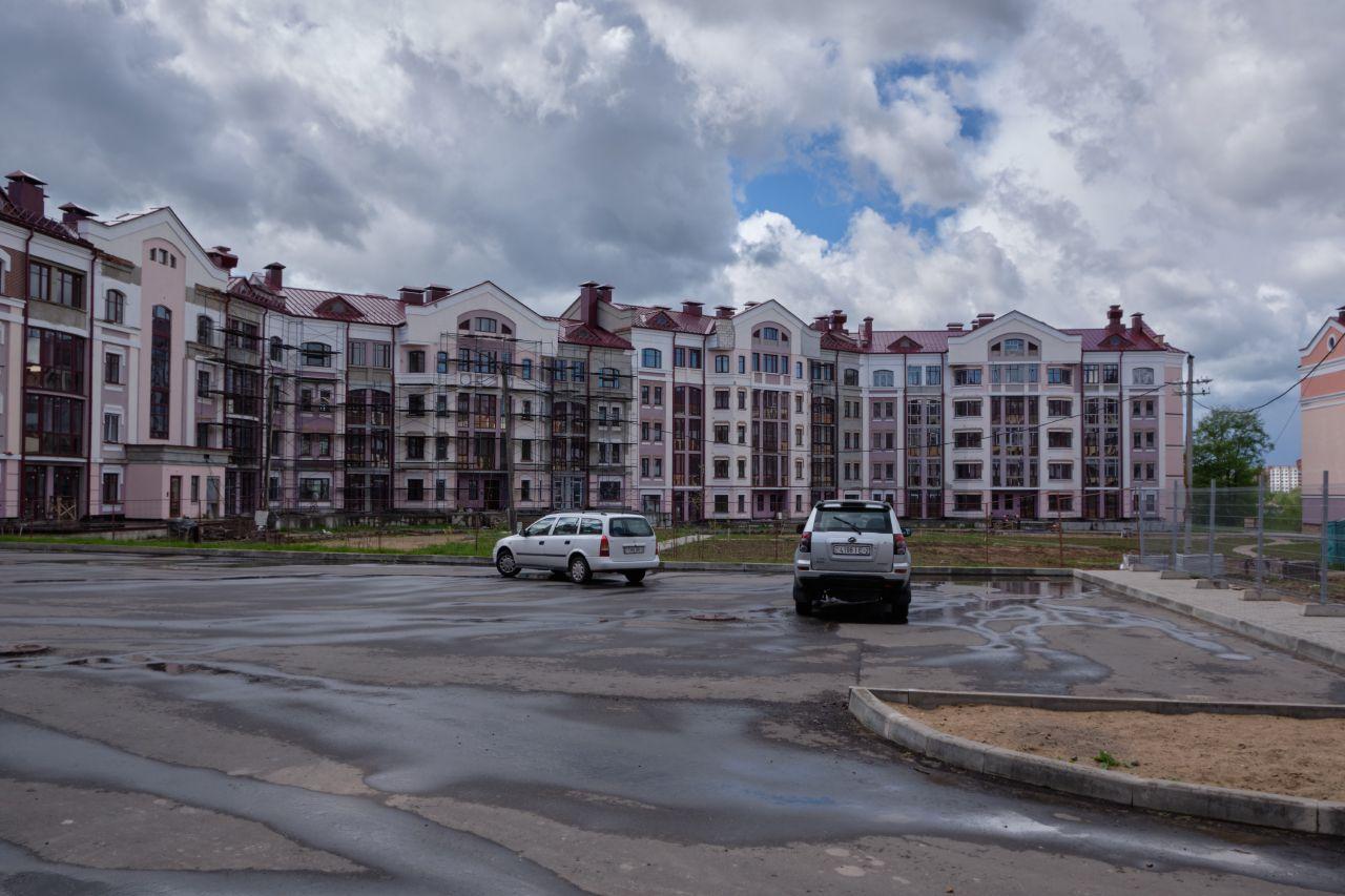 Новый дом дом двор асфальт небо облака автомобили