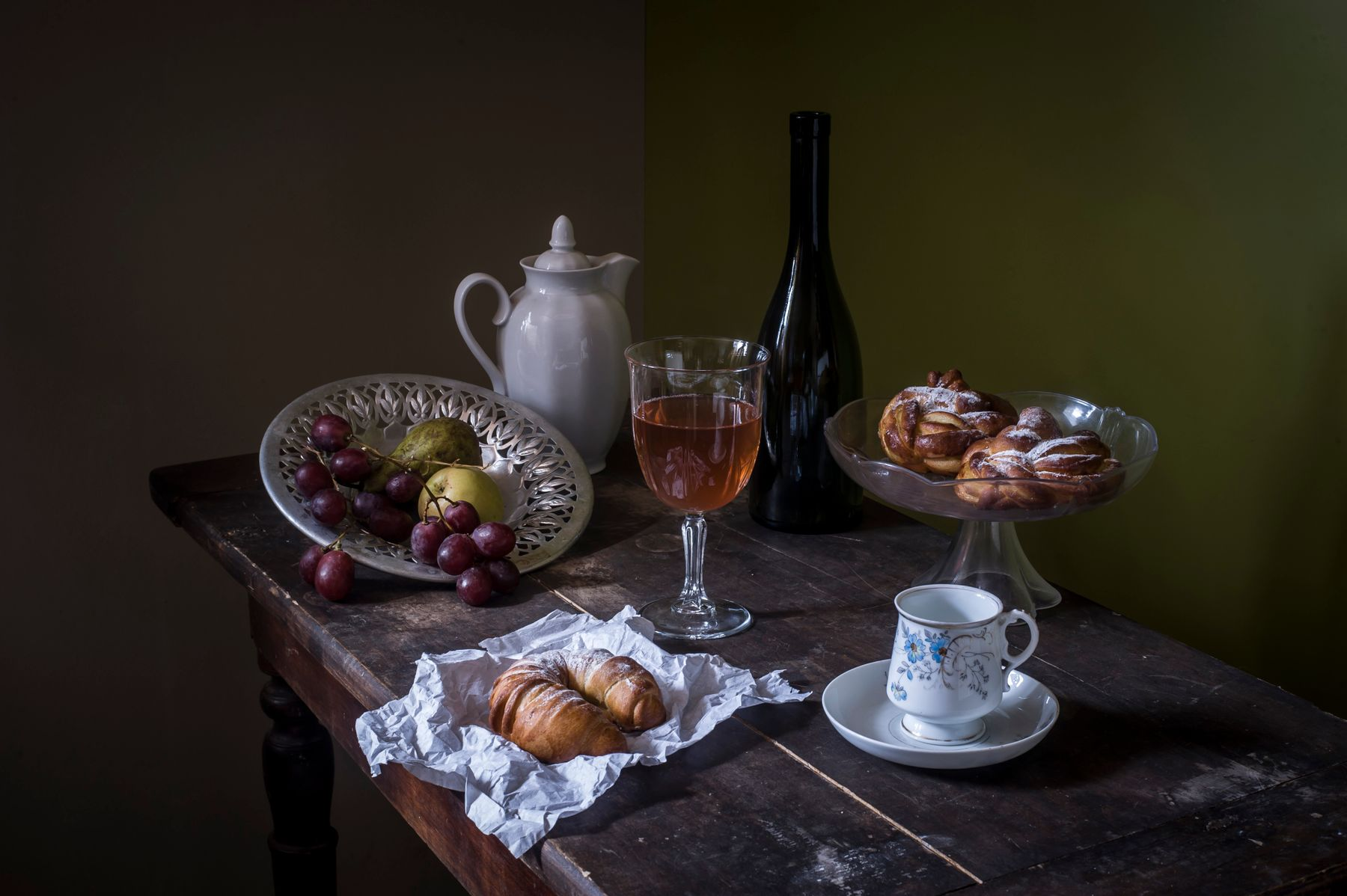 Натюрморт с выпечкой. бутылка бокал булочки чашка Кузнецова груши виноград
