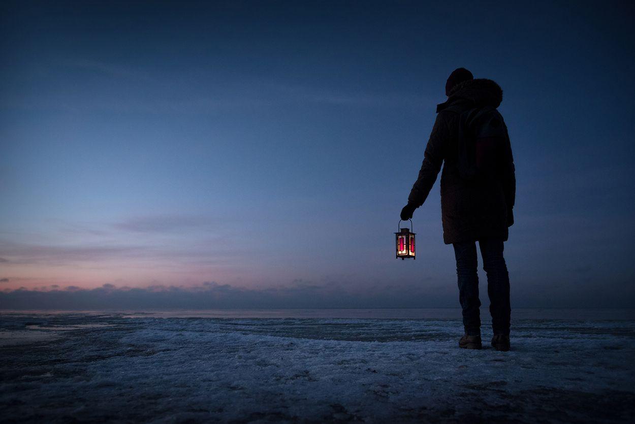 *** море девушка мороз лед зима фонарь закат