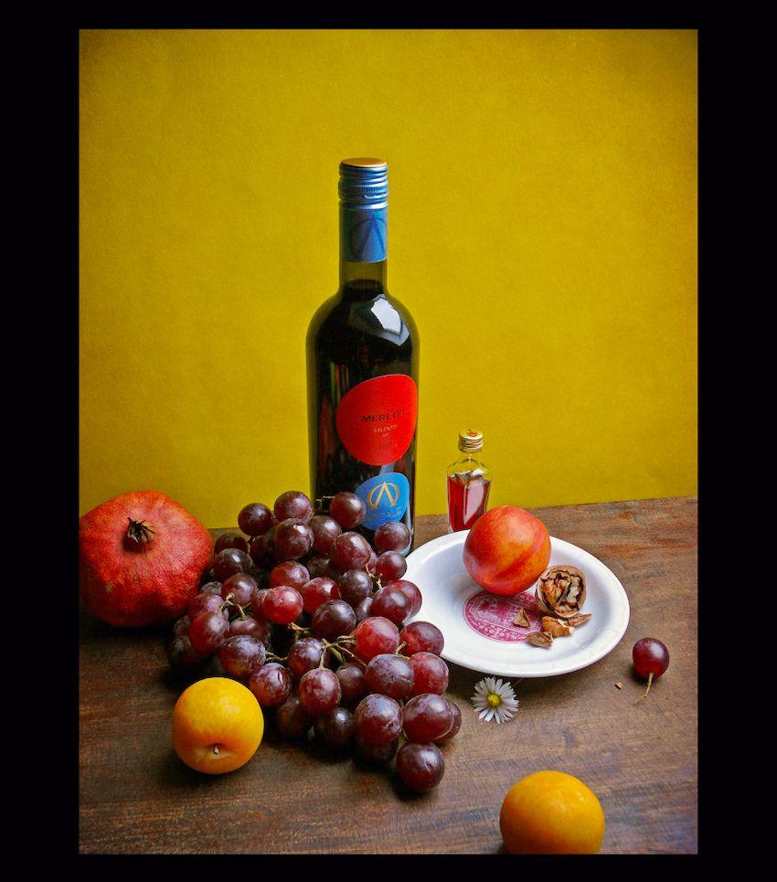 """Тёплый натюрморт с бутылкой мерло """"Salento"""" с вином желтый натюрморт красный виноград сливы вино гранат бутылка"""