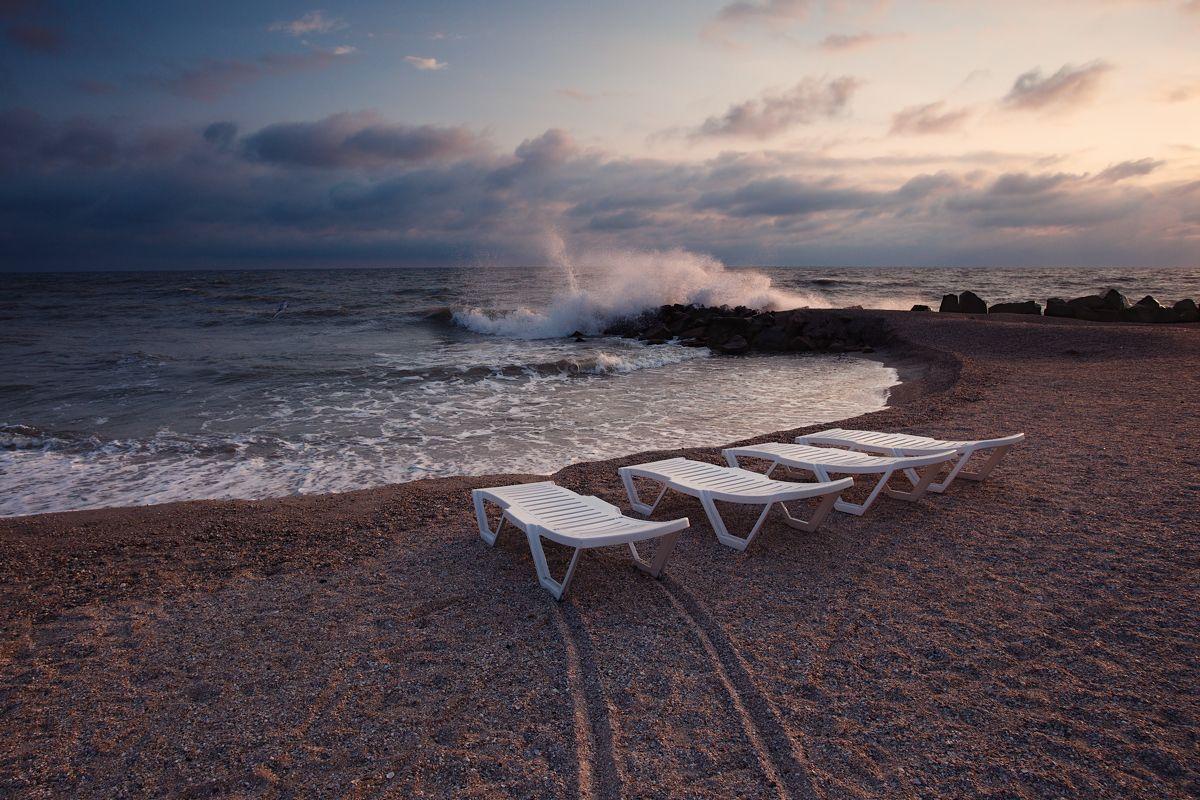 Stormy weather lovers пляж берег море вода волны небо облака утро рассвет горизонт лето песок лежаки