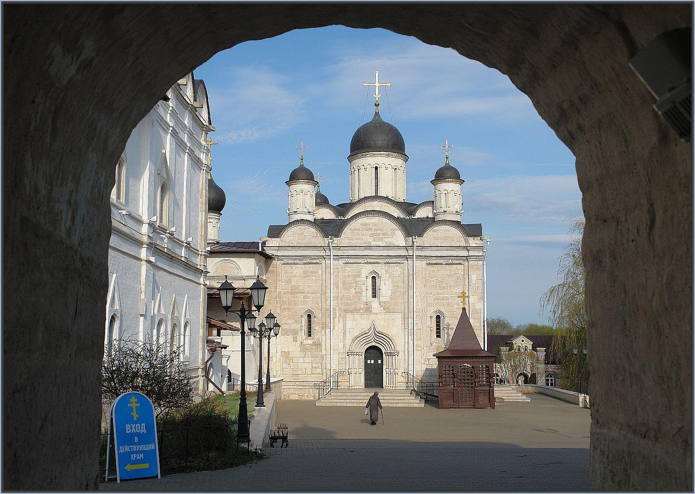 Серпухо́вский Влады́чный Введе́нский же́нский монасты́рь. Вид на Собор Введения во Храм Пресвятой Богородицы храм