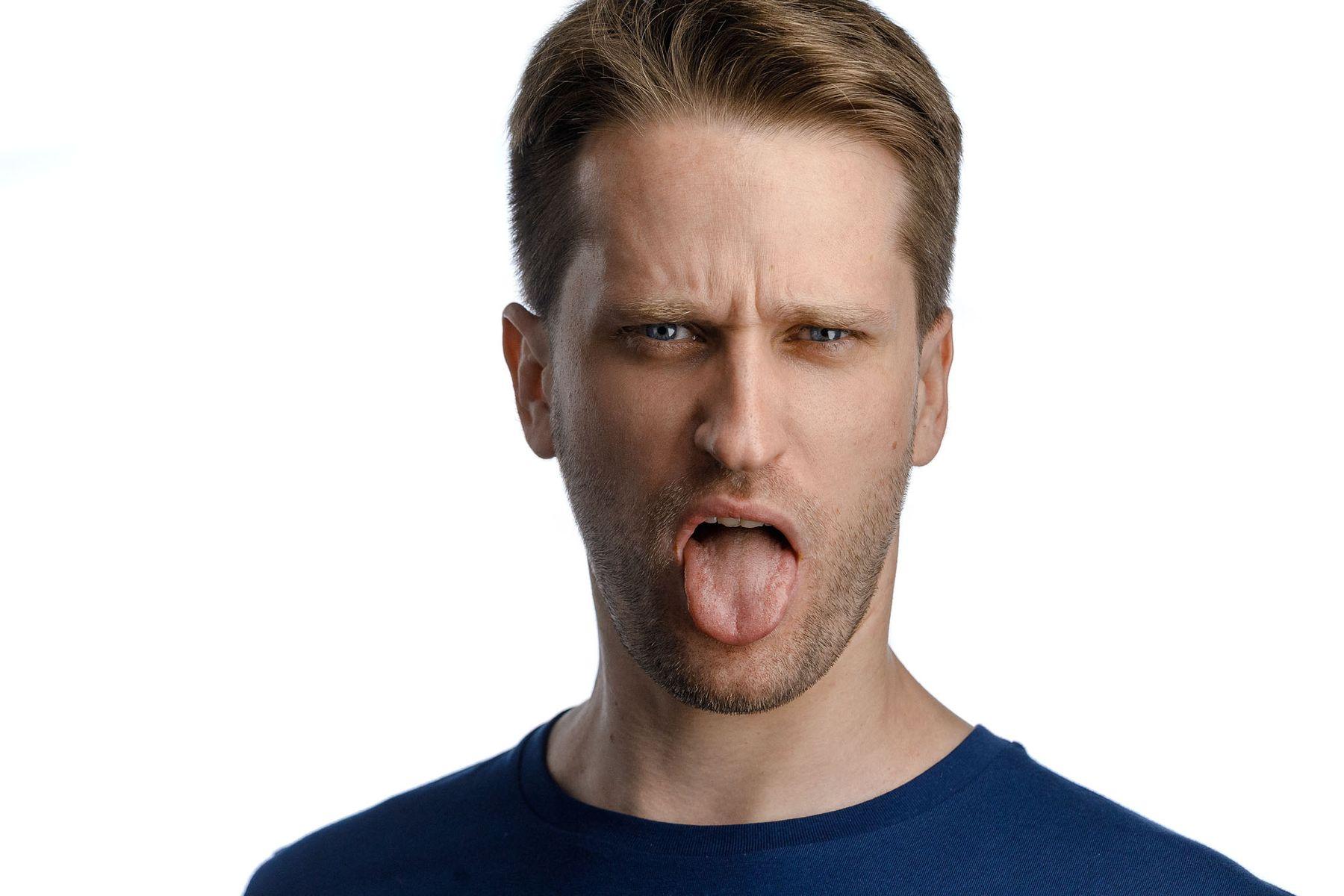 *** хэдшот крупный портрет лицевой мужчина белый фон студийный язык эмоции мимика
