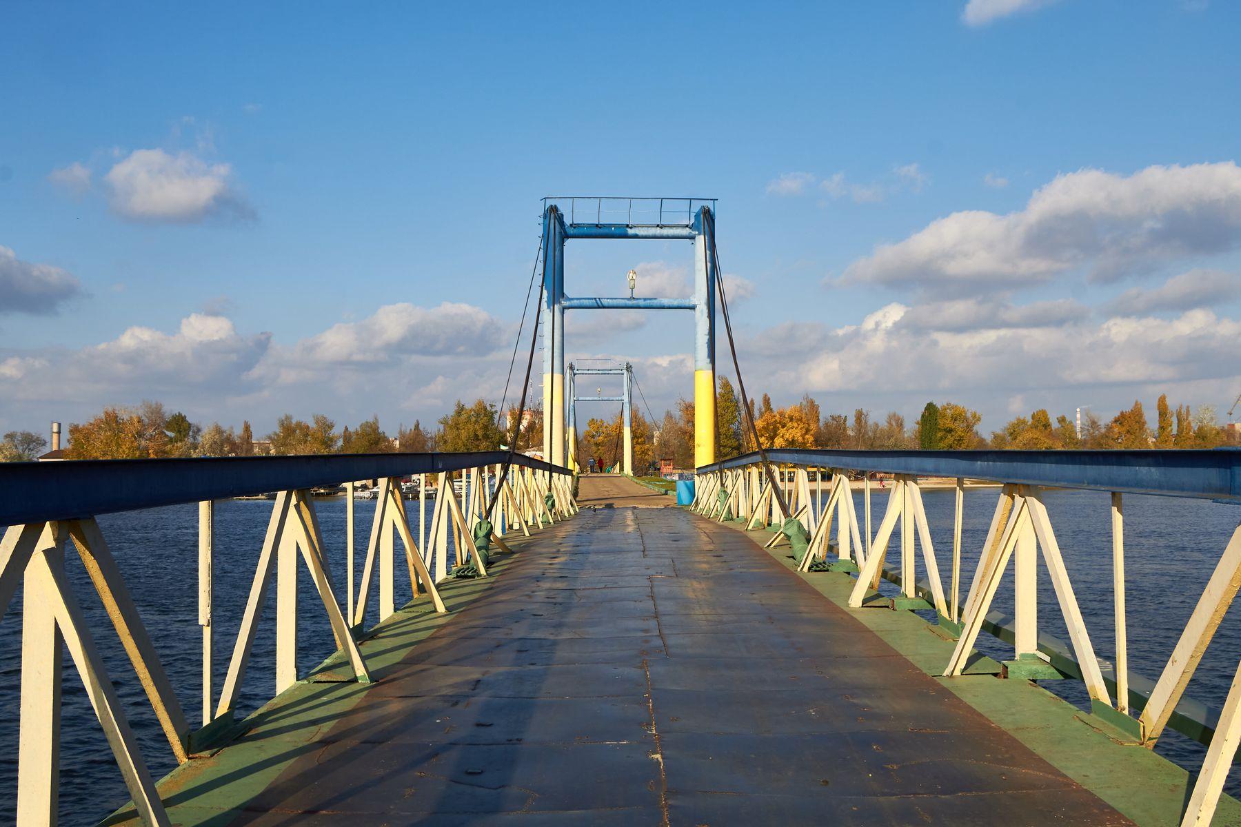 Пешеходный мост в гидропарке в Херсоне мостик река природа вода пейзаж днепр херсон гидропарк осень