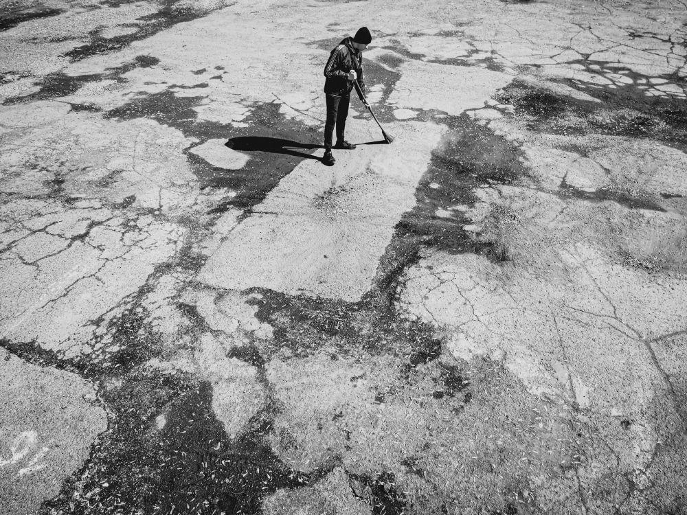 Один в поле воин Россия 2021 стрит фото улица люди фотограф наблюдения экзистенция город асфальт метла уборка парень двор субботник чистота