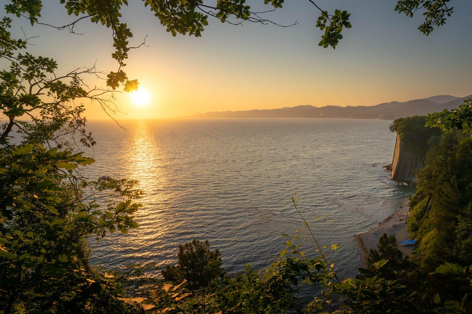Вечер над морем закат море солнце лес скала лето отпуск пляж вечер