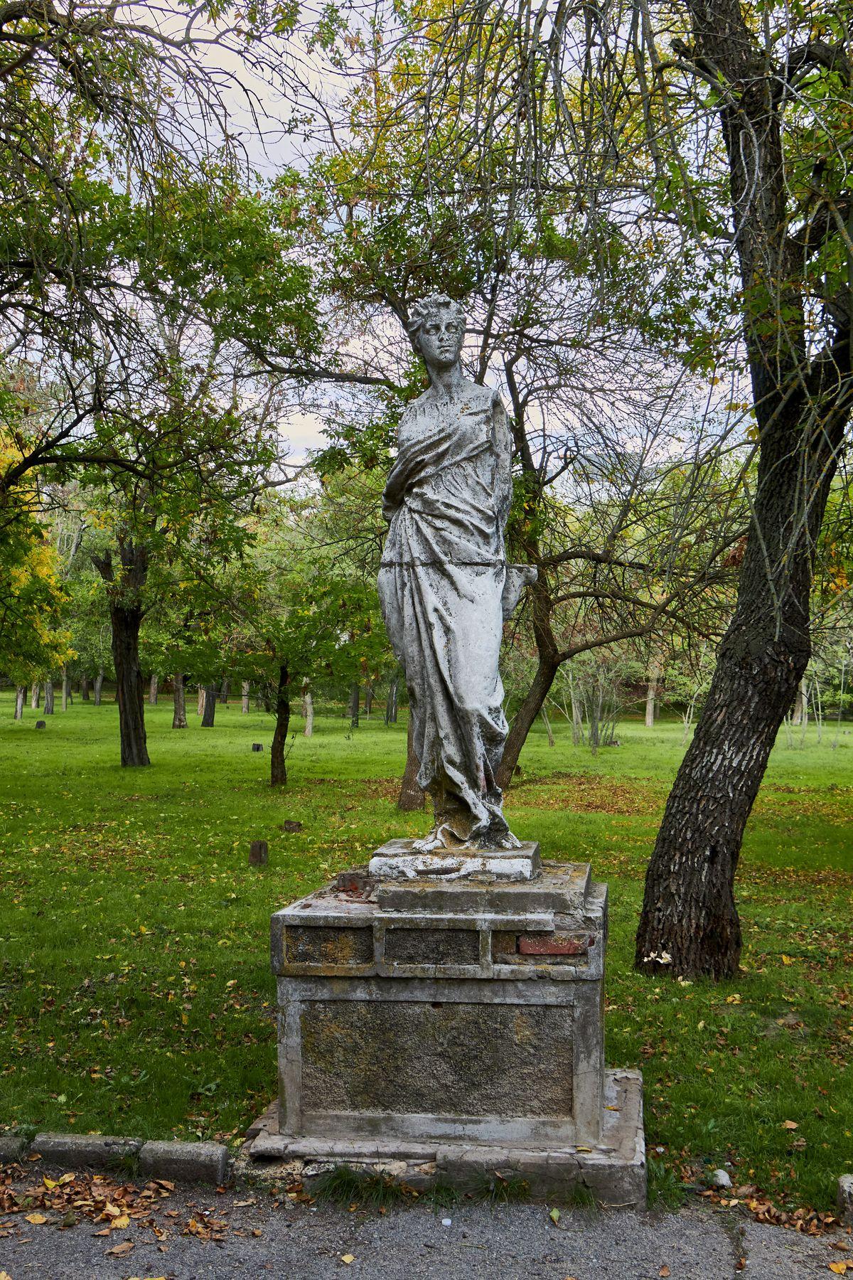 Сломанная статуя в парке херсон статуя парк памятник осень