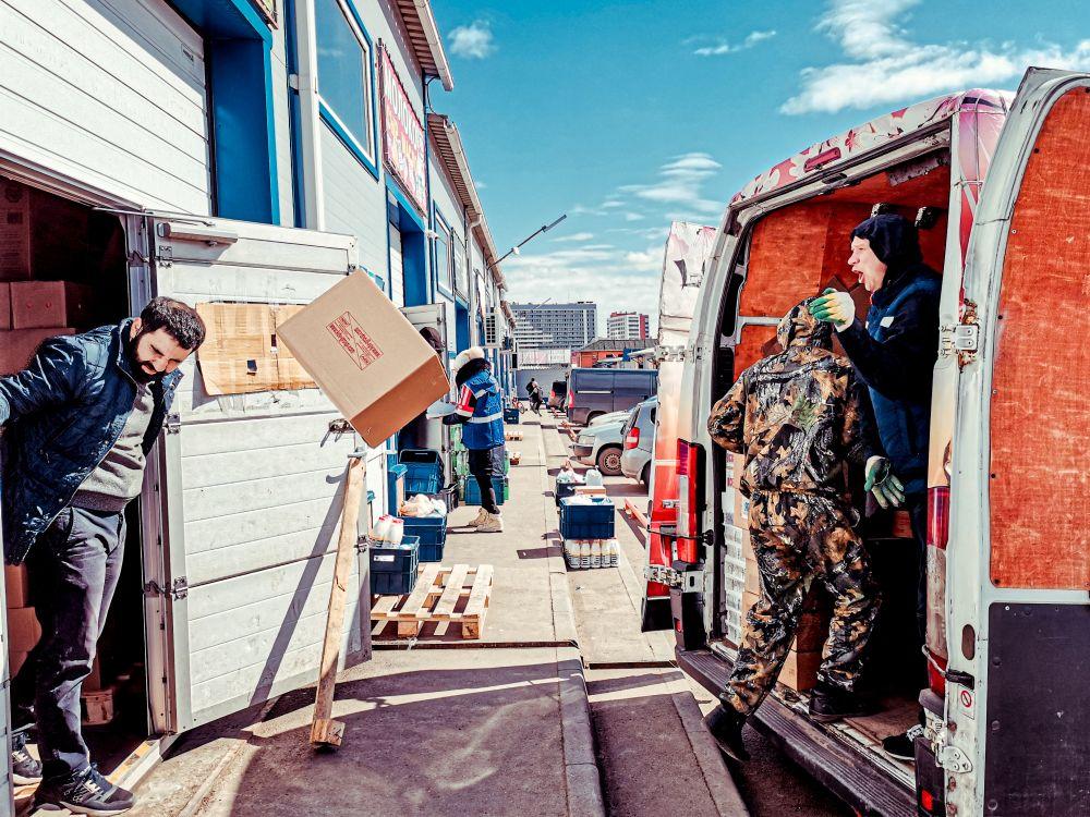 Из серии «Базарный день» Россия 2021 рынок базар покупки торговля стрит фото улица наблюдения жизнь разгрузка грузчик коробка лететь полет товар логистика