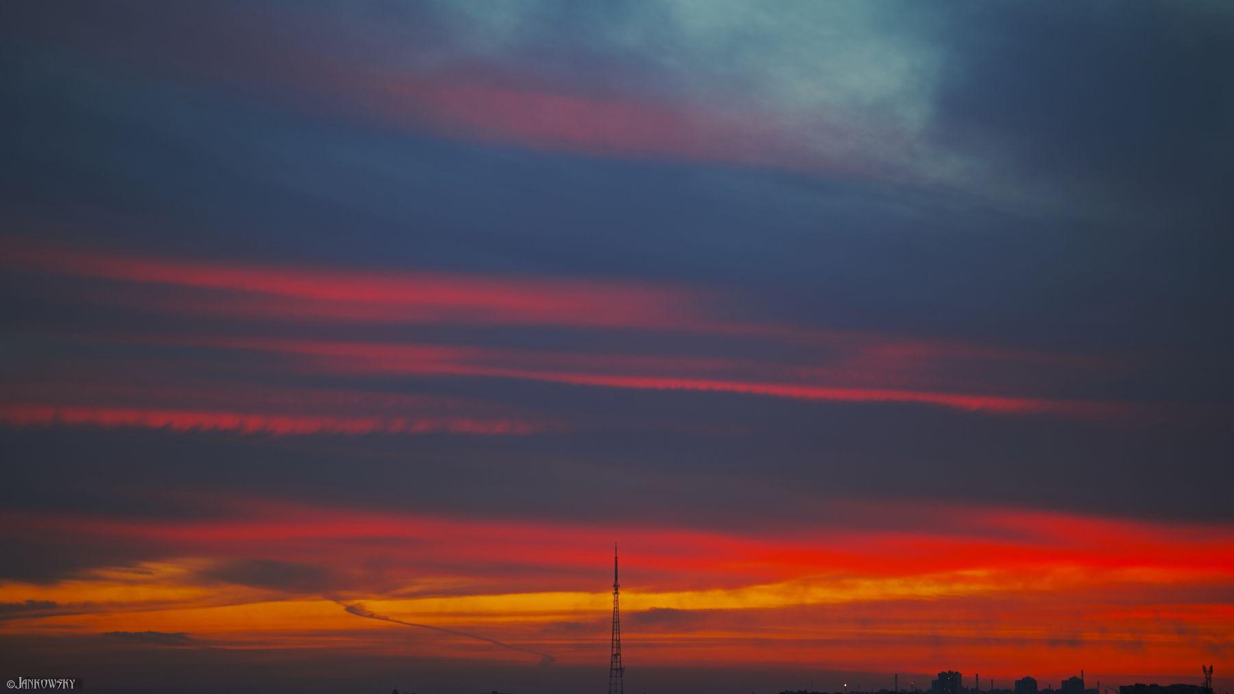 Foveon-безумие Омского неба 12.05.21 foveon sigma dp3 quattro омск закат небо градиент полосы красный оранжевый