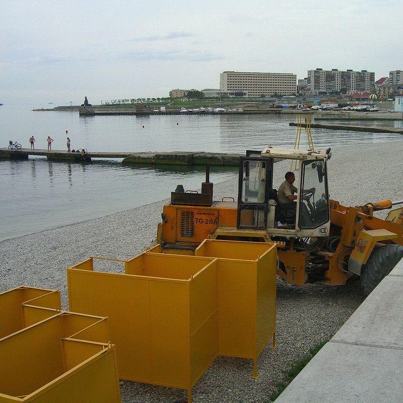 Весна Желтые кабинки пляж первые купальщики желтые кабинки