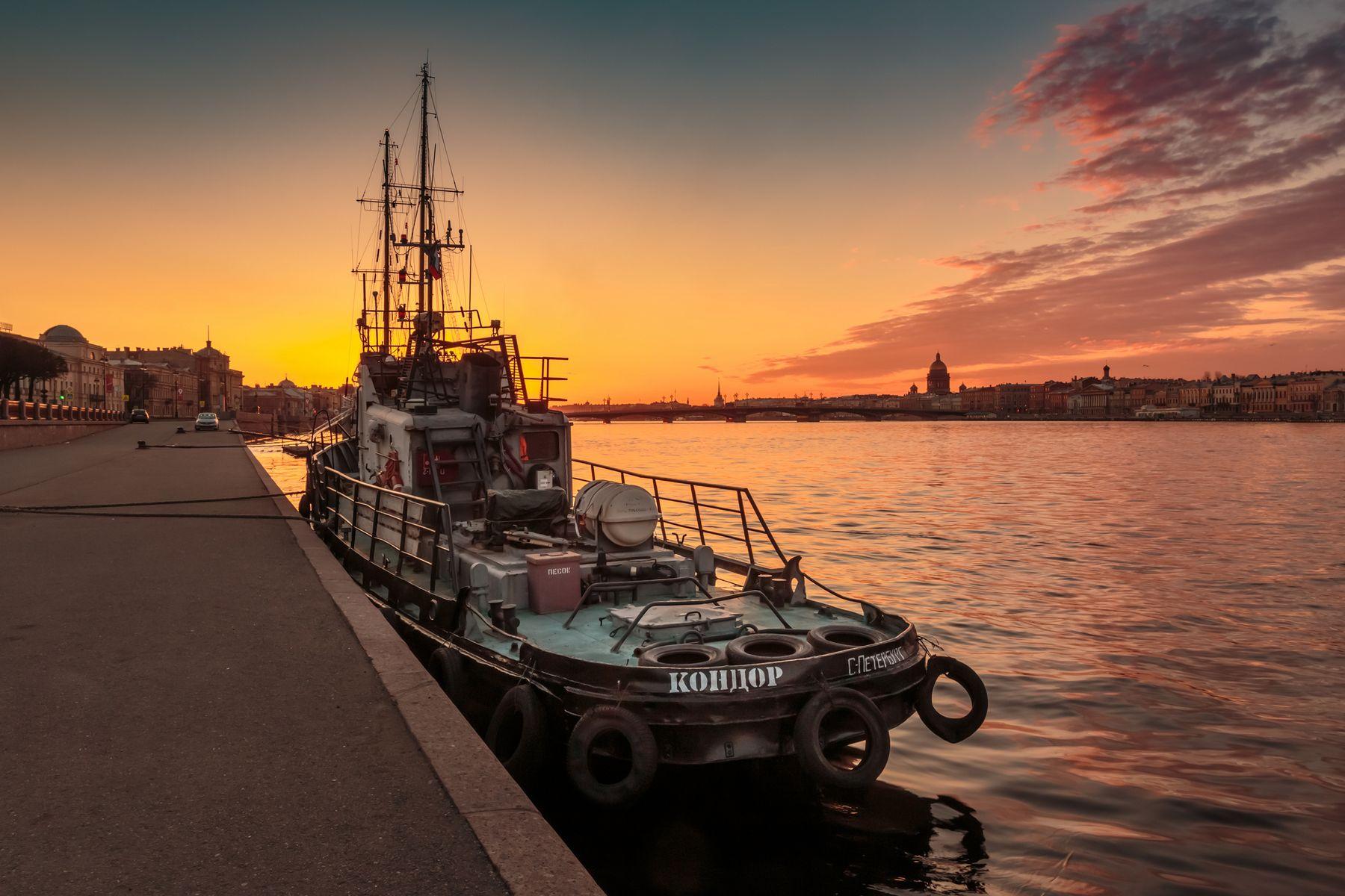 Один день кондора Санкт-Петербург утро раннее река отражение Нева восход буксир