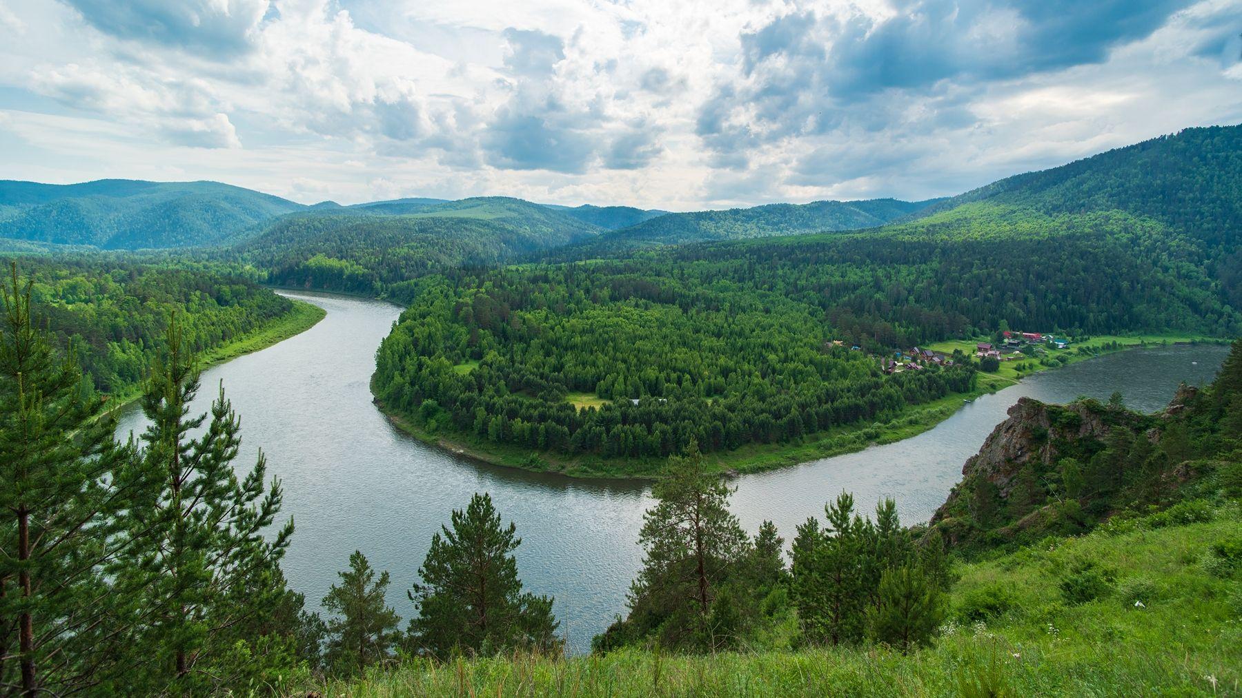 Перед грозой зелень лето лес тайга река Мана поворот излучина гроза облака панорамы горы