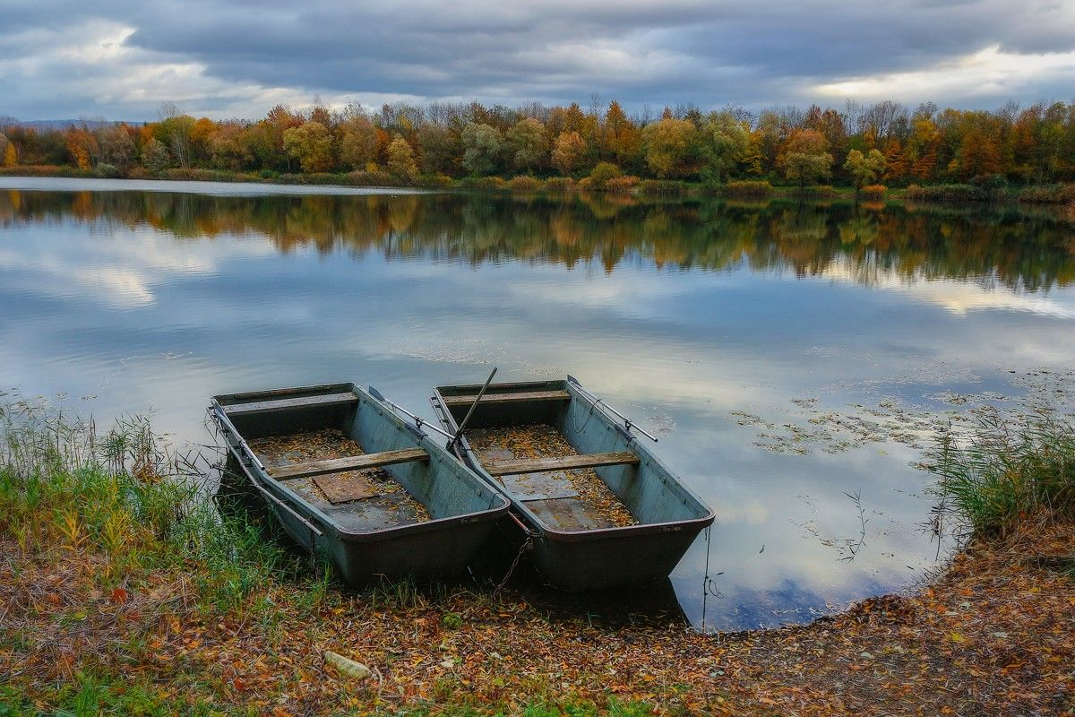 Две лодки, две судьбы. лодки озеро осень
