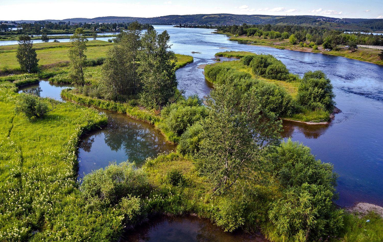 Остров в центре реки Ангара река остров лето Иркутск
