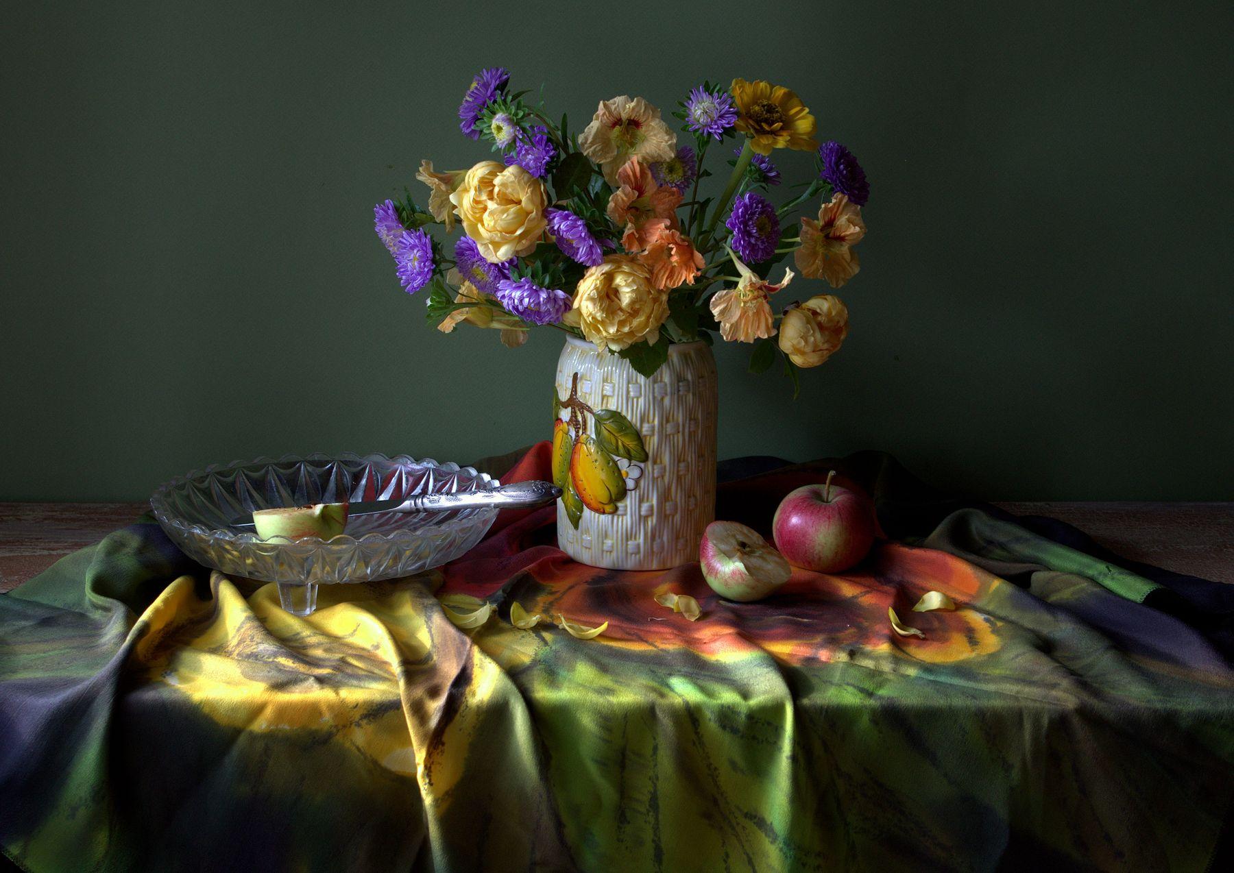 С осенними цветами астры розы яблоки натюрморт