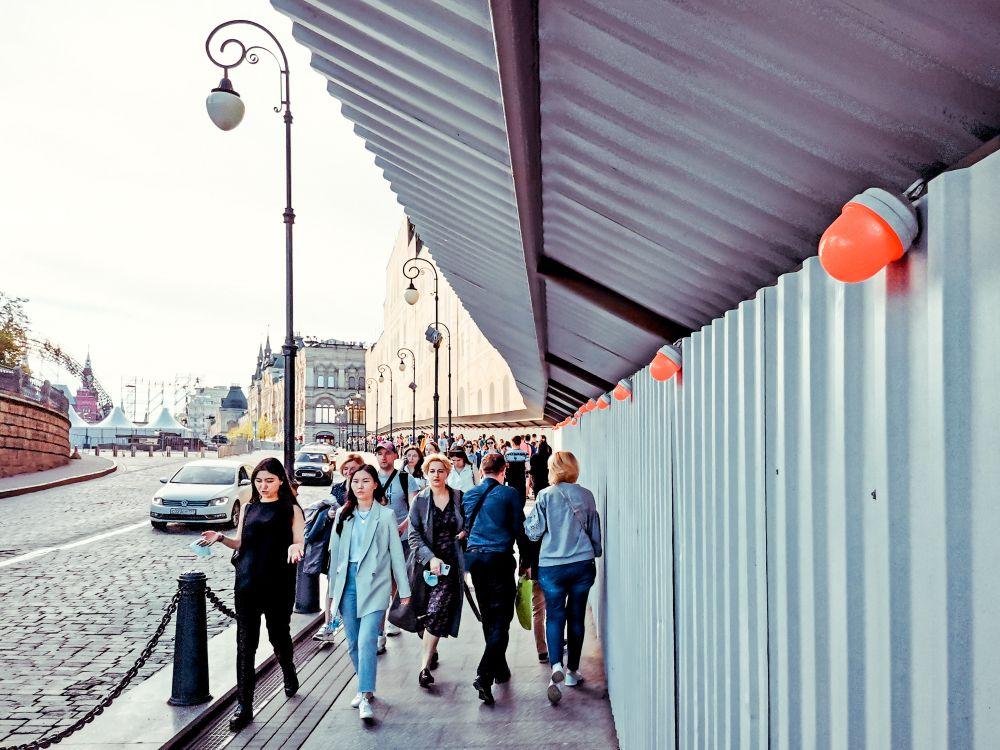 Фонарики Россия 2021 стрит фото улица люди фотограф наблюдения экзистенция город фонари забор Москва урбанистика пешеходы