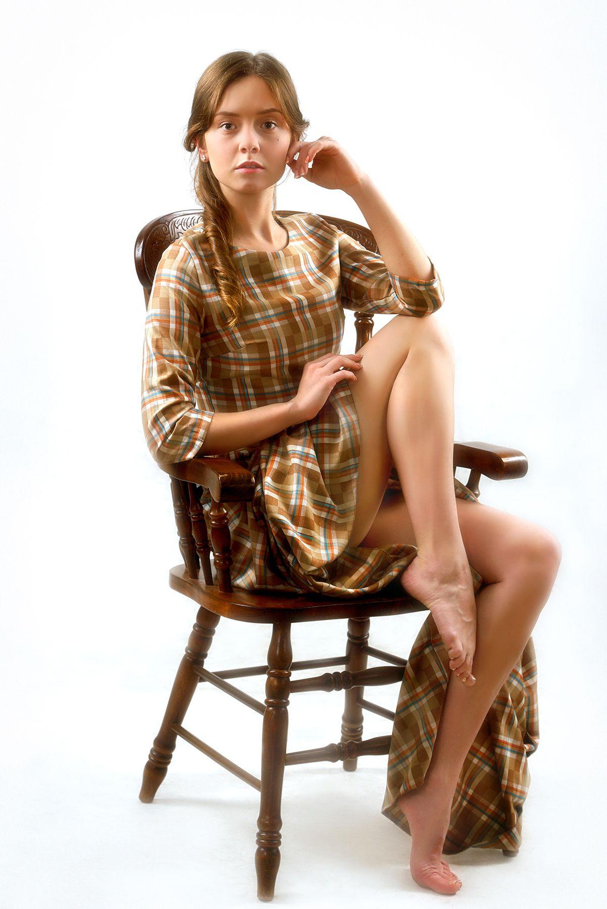Девушка на стуле...2.. девушка модель