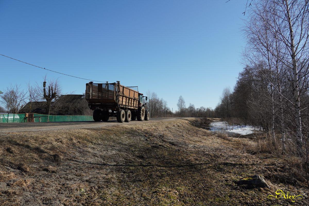 Сельская жизнь деревня трактор дорога весна март