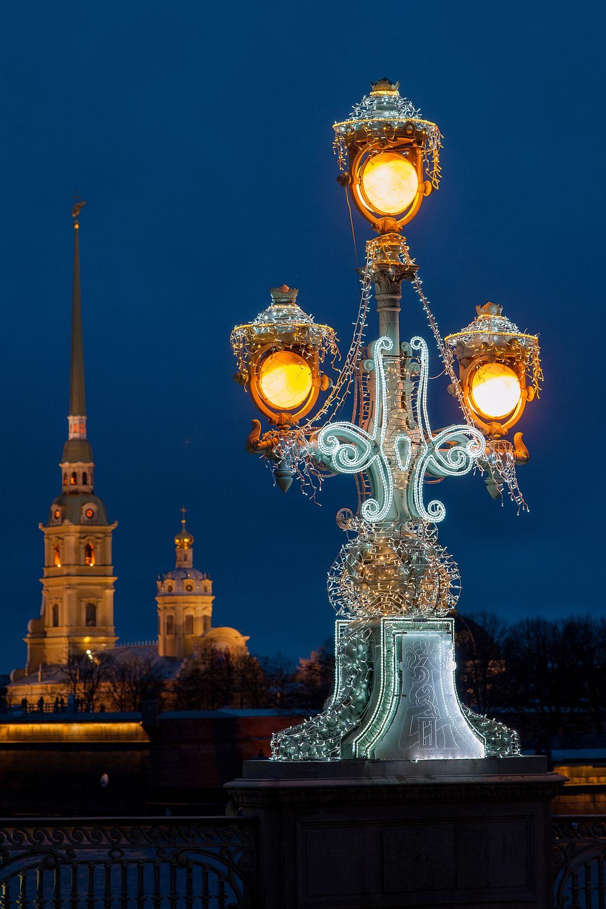 Ранние зимние сумерки на Троицком мосту в Санкт-Петербурге