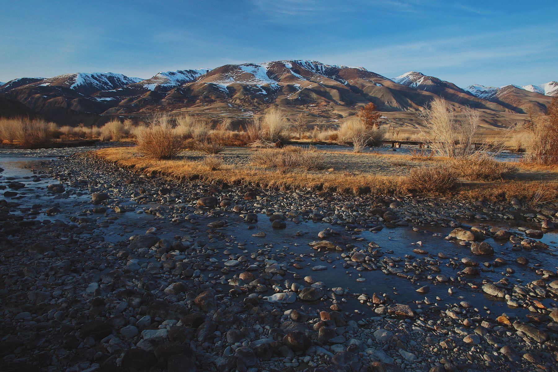 В начале весны Алтай горы камни река